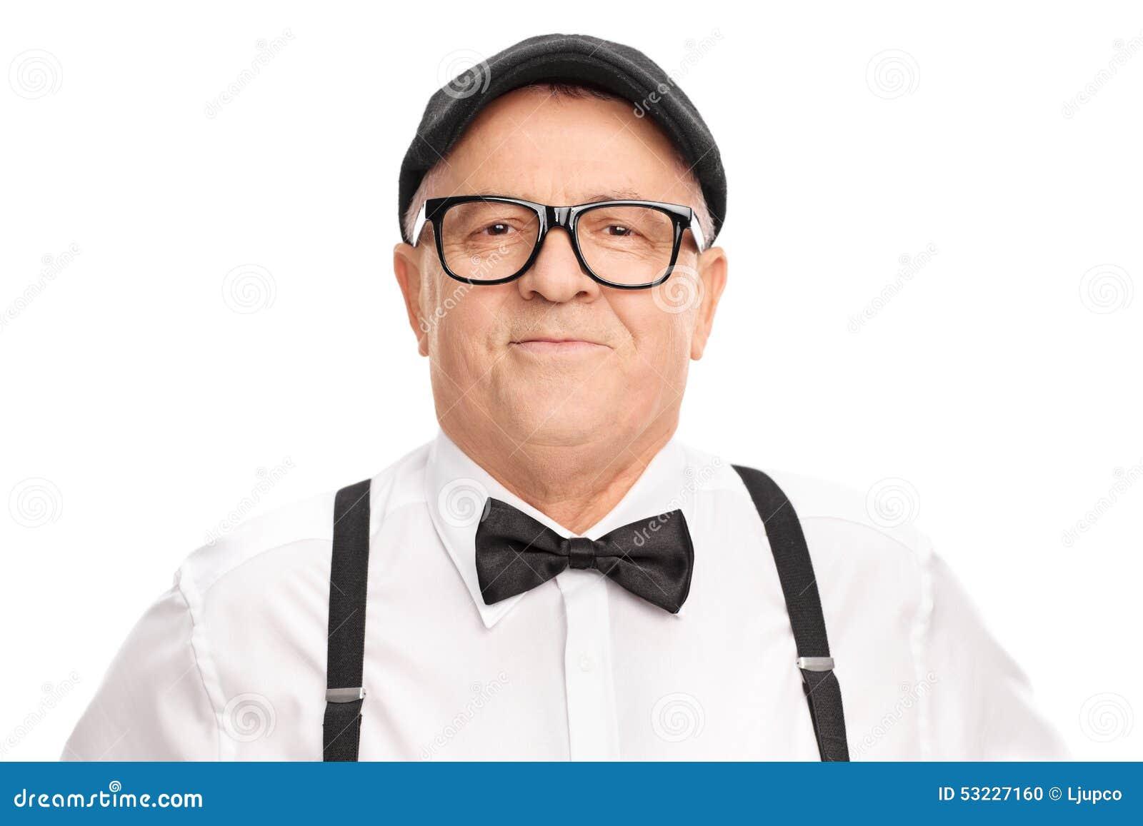 Retrato de un mayor elegante con una boina y una corbata de lazo