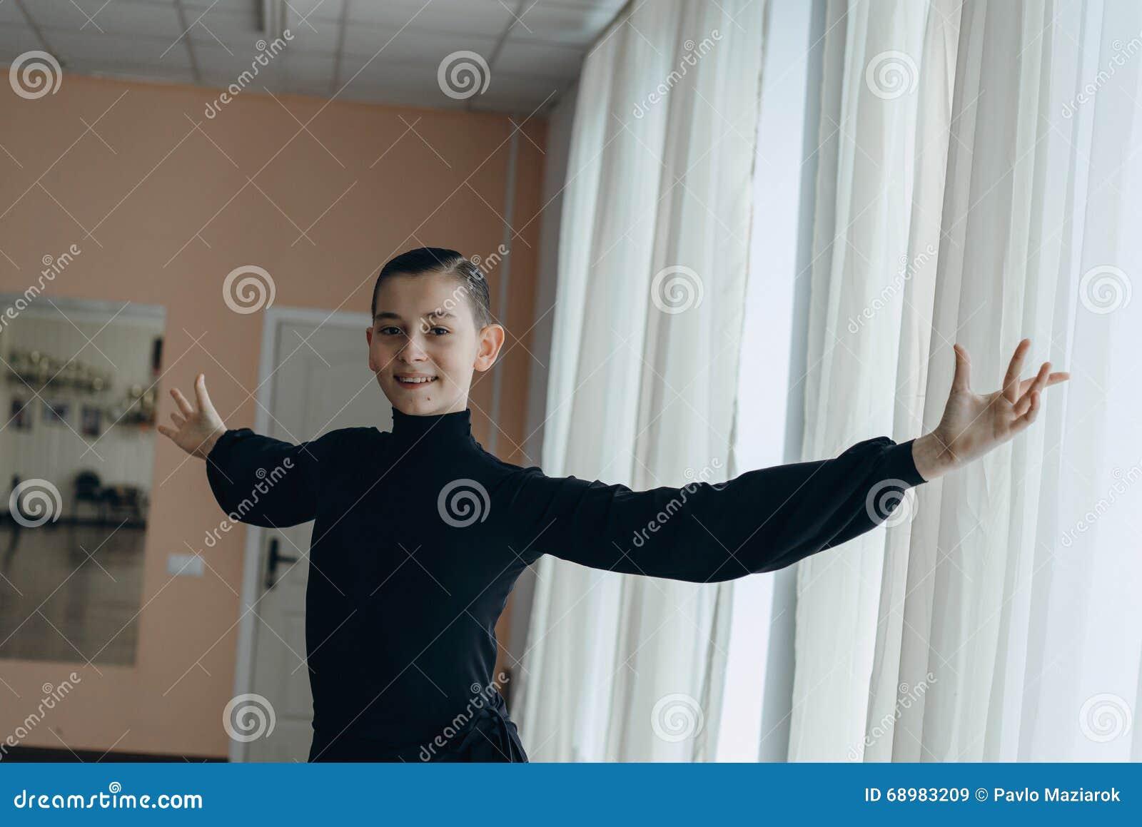 Retrato de un muchacho joven que se contrata al baile