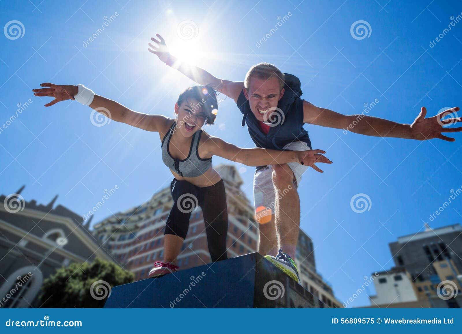 Retrato de un par que hace caras divertidas