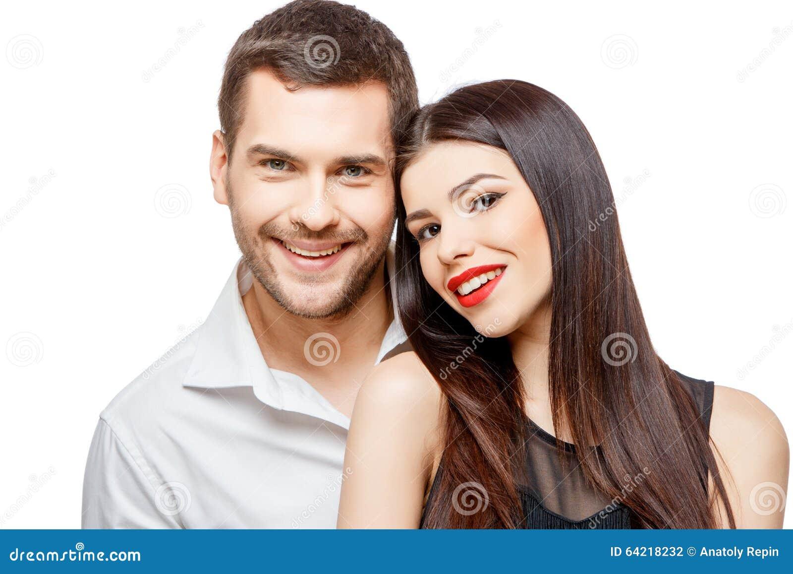 Retrato de un par sonriente feliz joven hermoso