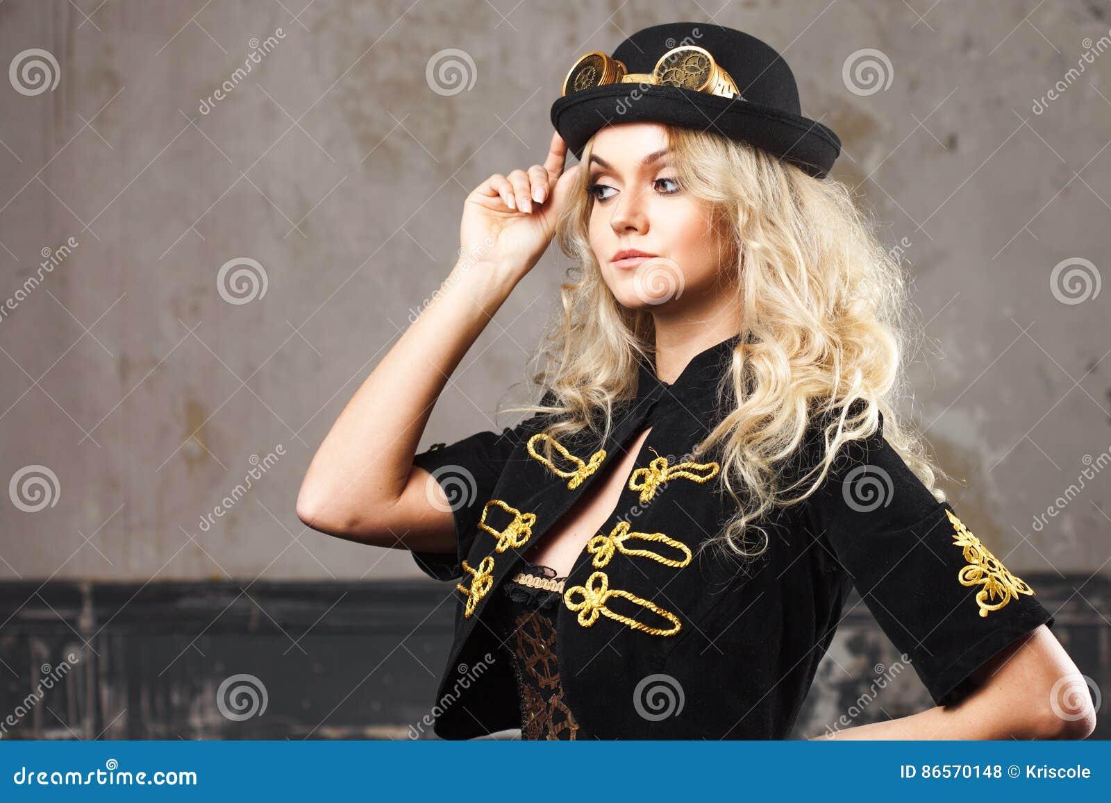 Retrato De Un Sombrero Hermoso Del Sombrero-jugador De Bolos De La ... 8fc3682a21a