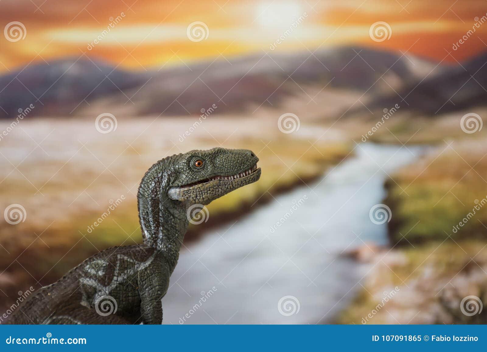 Retrato de un velociraptor en un mundo jurásico en la puesta del sol