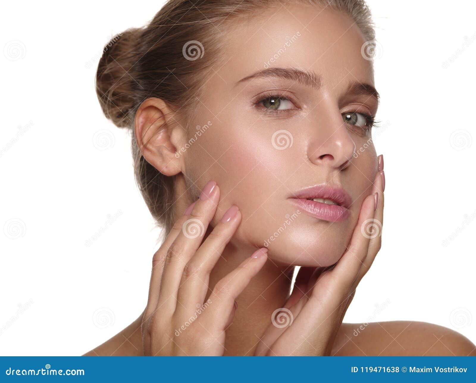 Retrato de una chica joven con la piel lisa pura y sana sin maquillaje