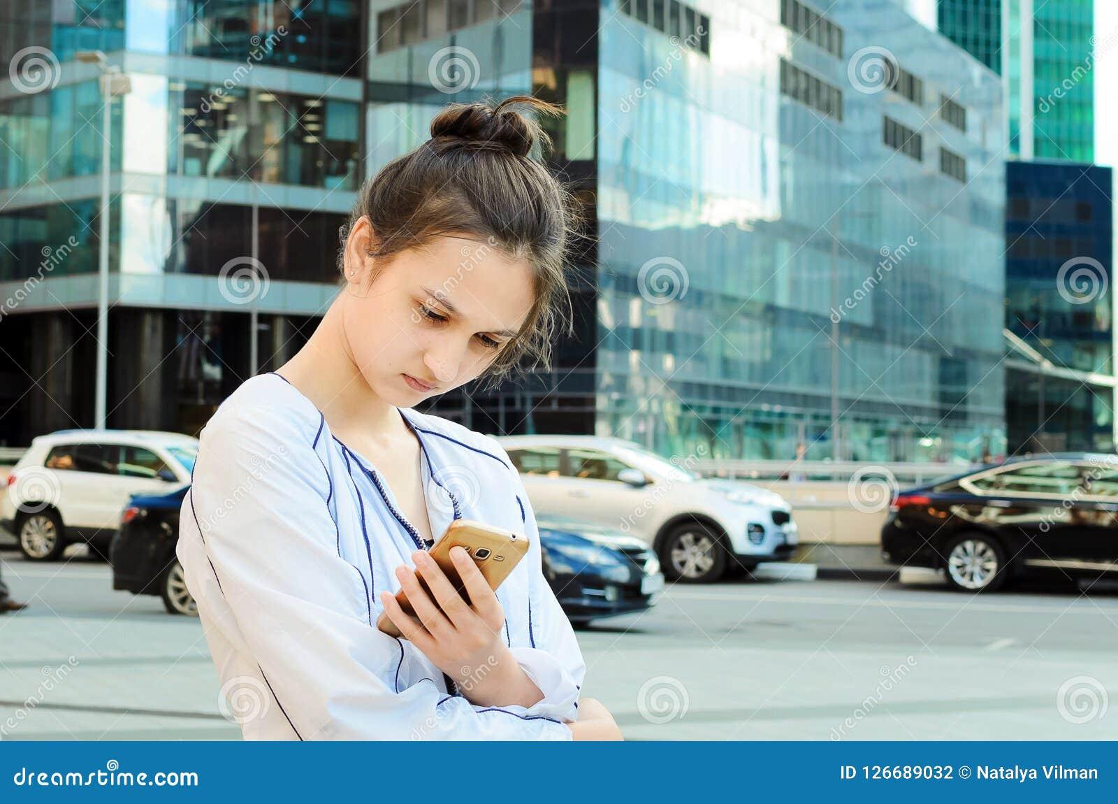 Retrato de una chica joven con un teléfono móvil