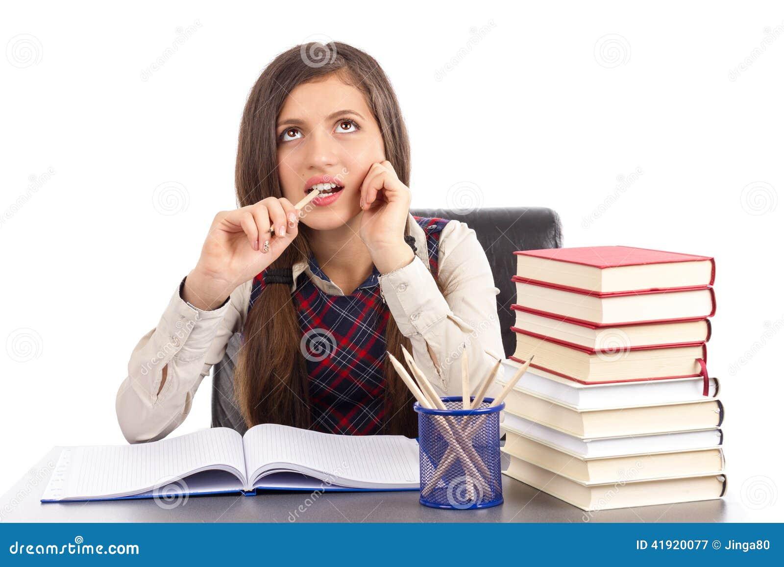 Retrato de una colegiala linda que piensa difícilmente