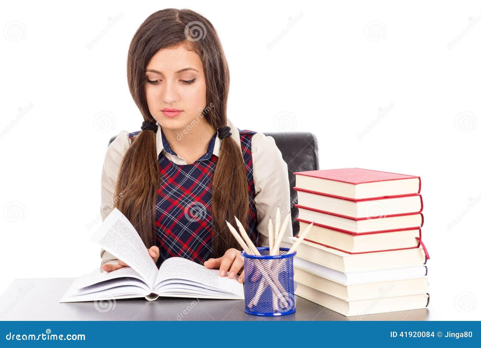 Retrato de una lectura de la colegiala en el escritorio