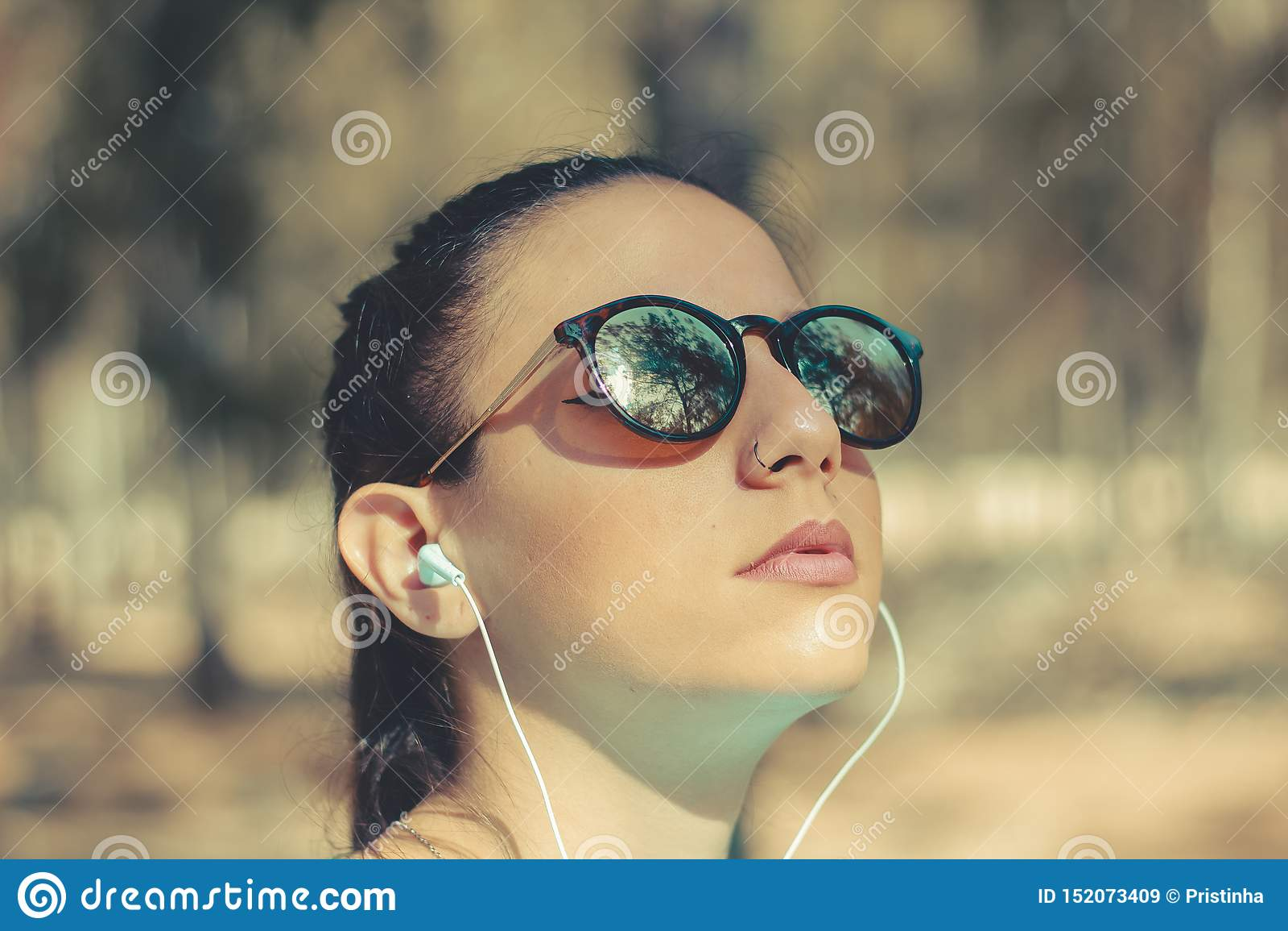 Retrato de una música que escucha de la chica joven al aire libre