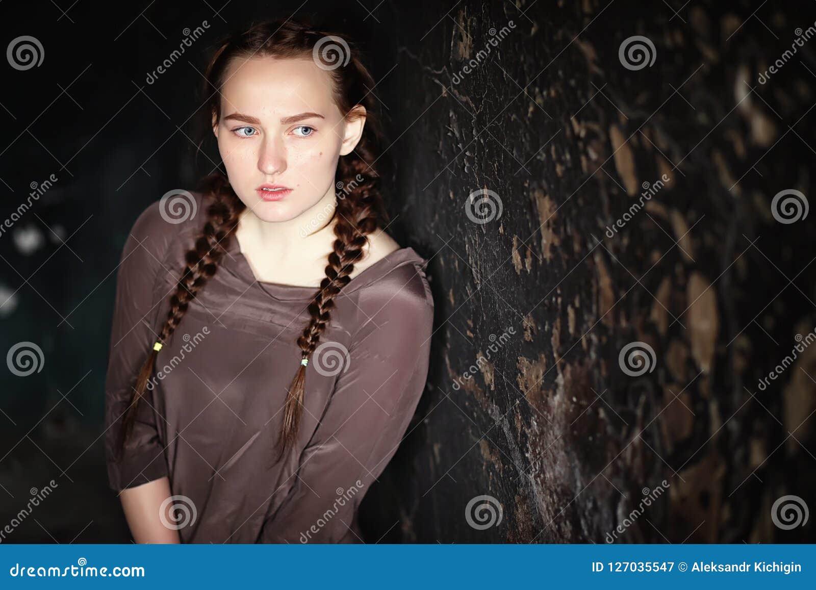 Retrato de una muchacha bonita joven asustada