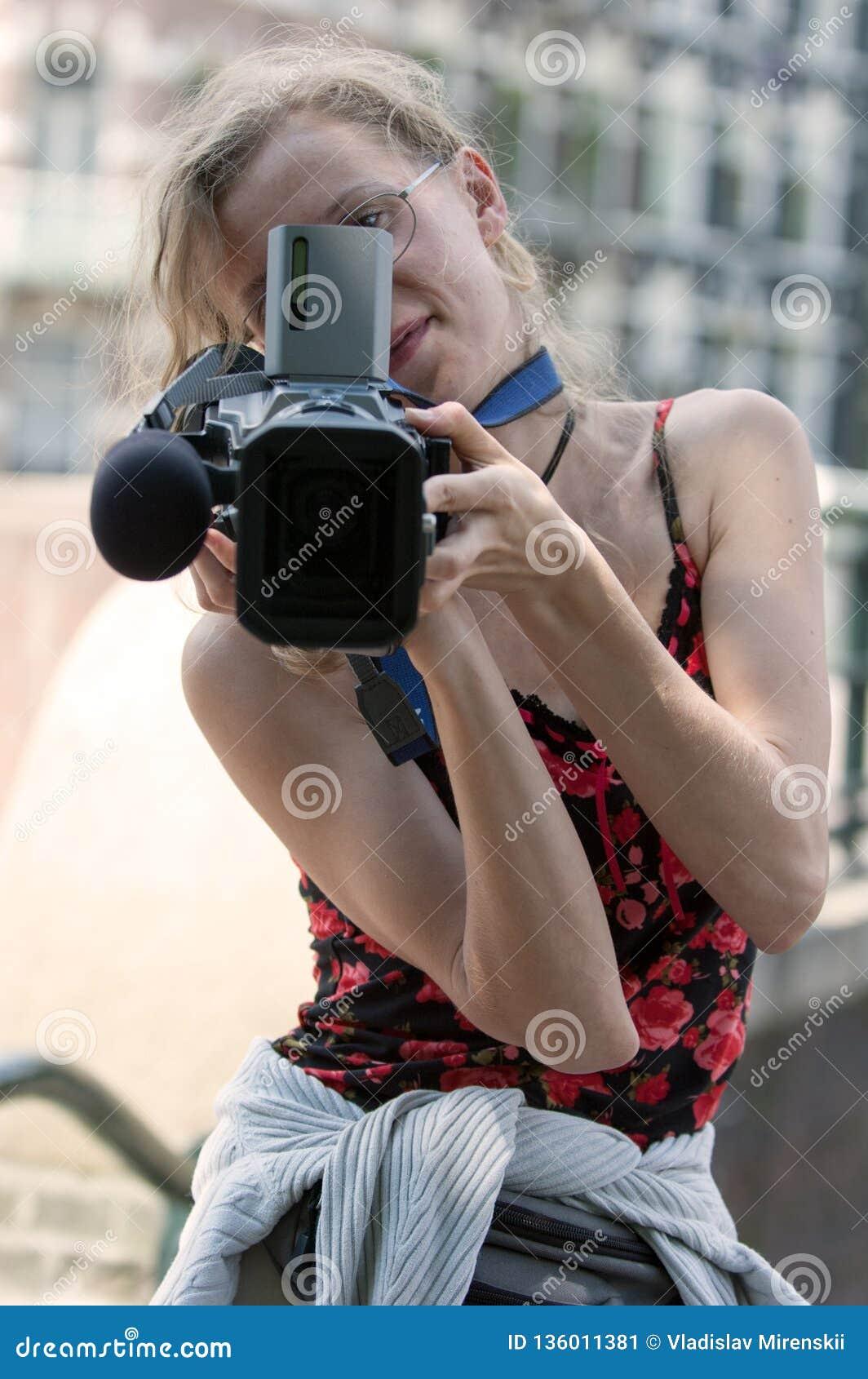 Retrato de una muchacha con una cámara de vídeo