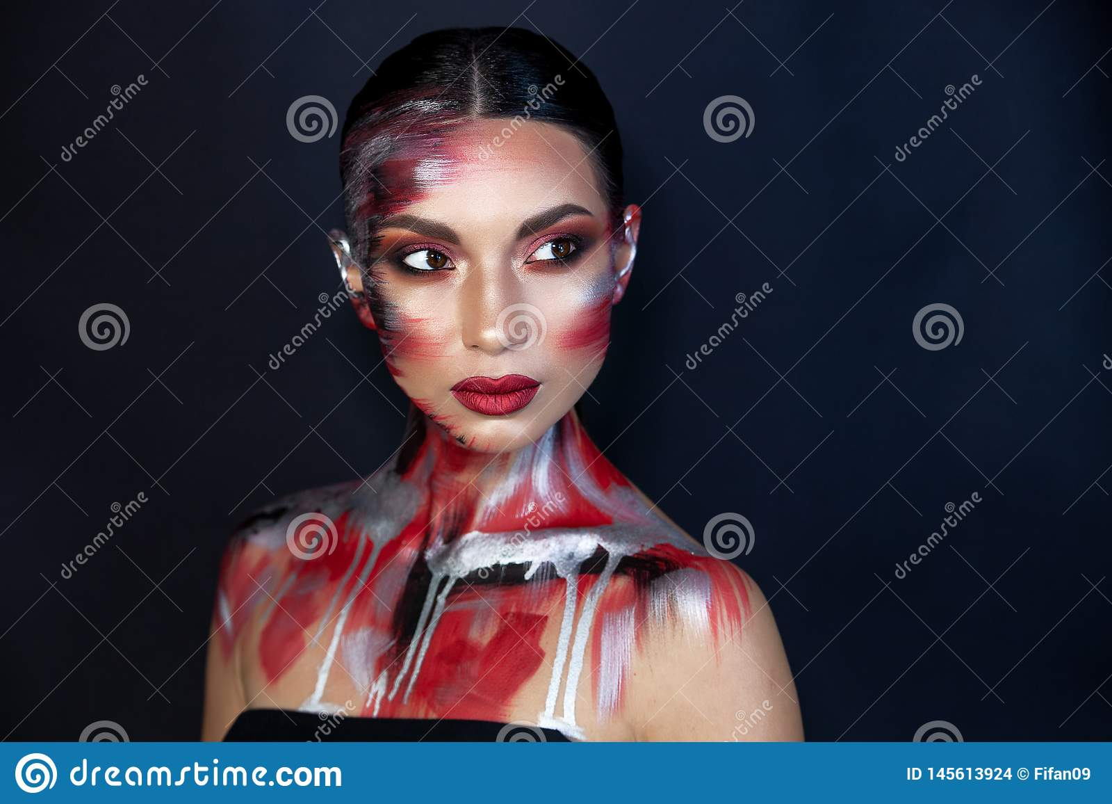 Retrato de una muchacha del aspecto asi?tico europeo con maquillaje