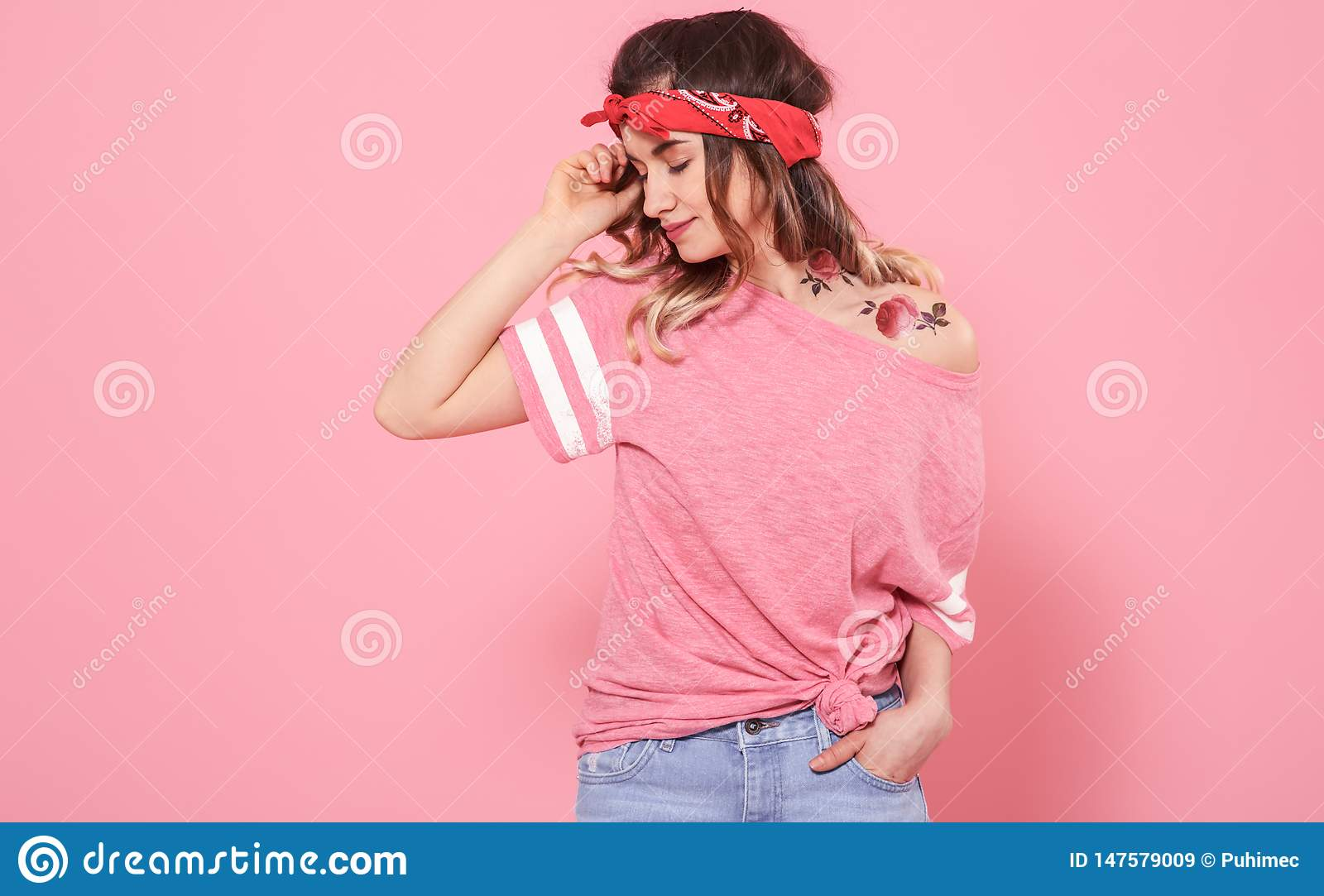 Retrato de una muchacha del inconformista con el tatuaje, en fondo rosado