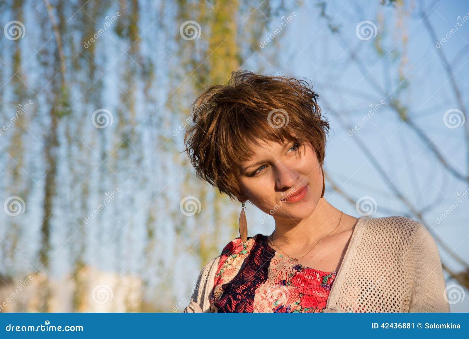 Retrato de una muchacha embarazada joven
