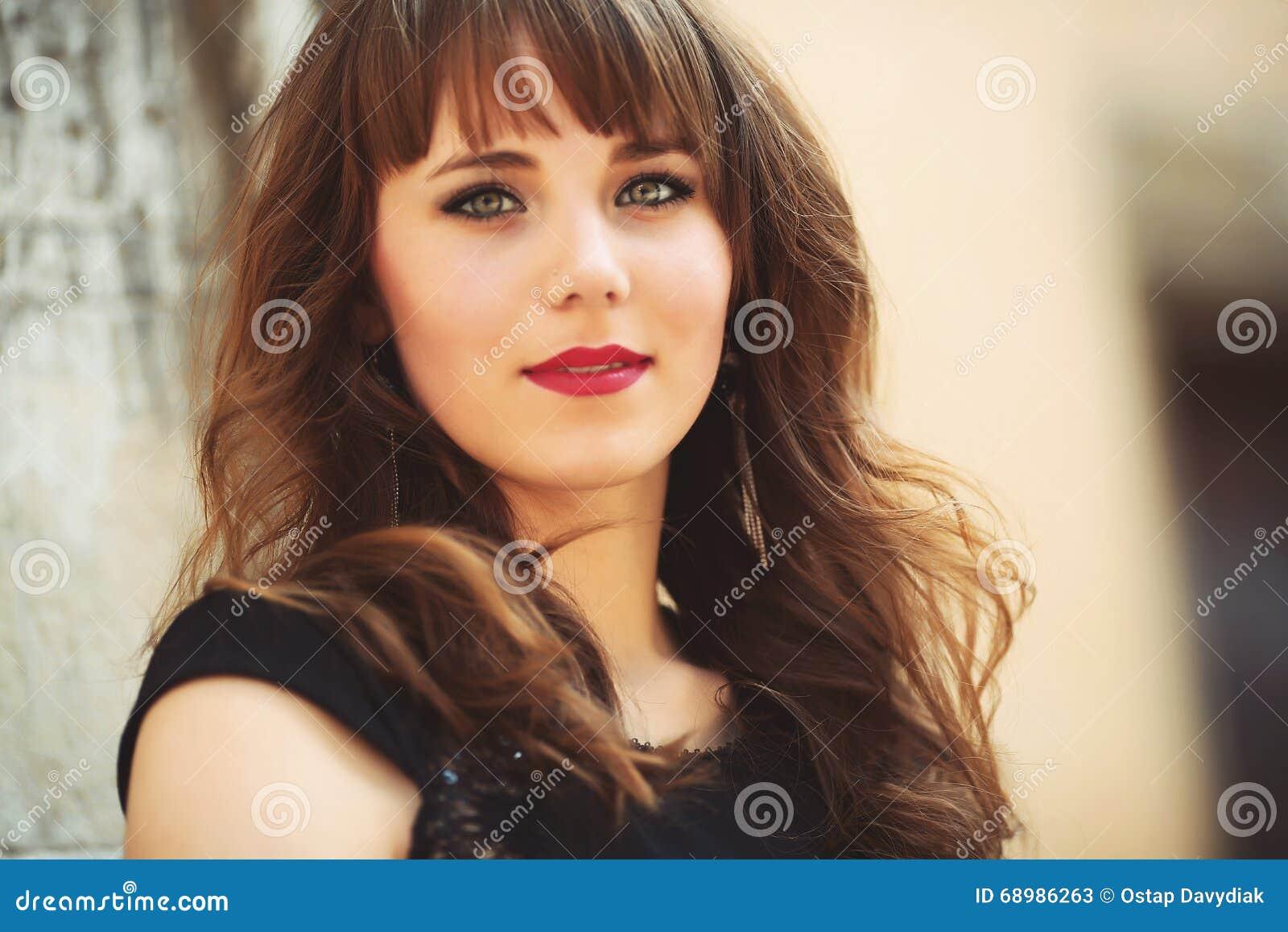 Retrato de una muchacha hermosa en la calle foto con colo caliente
