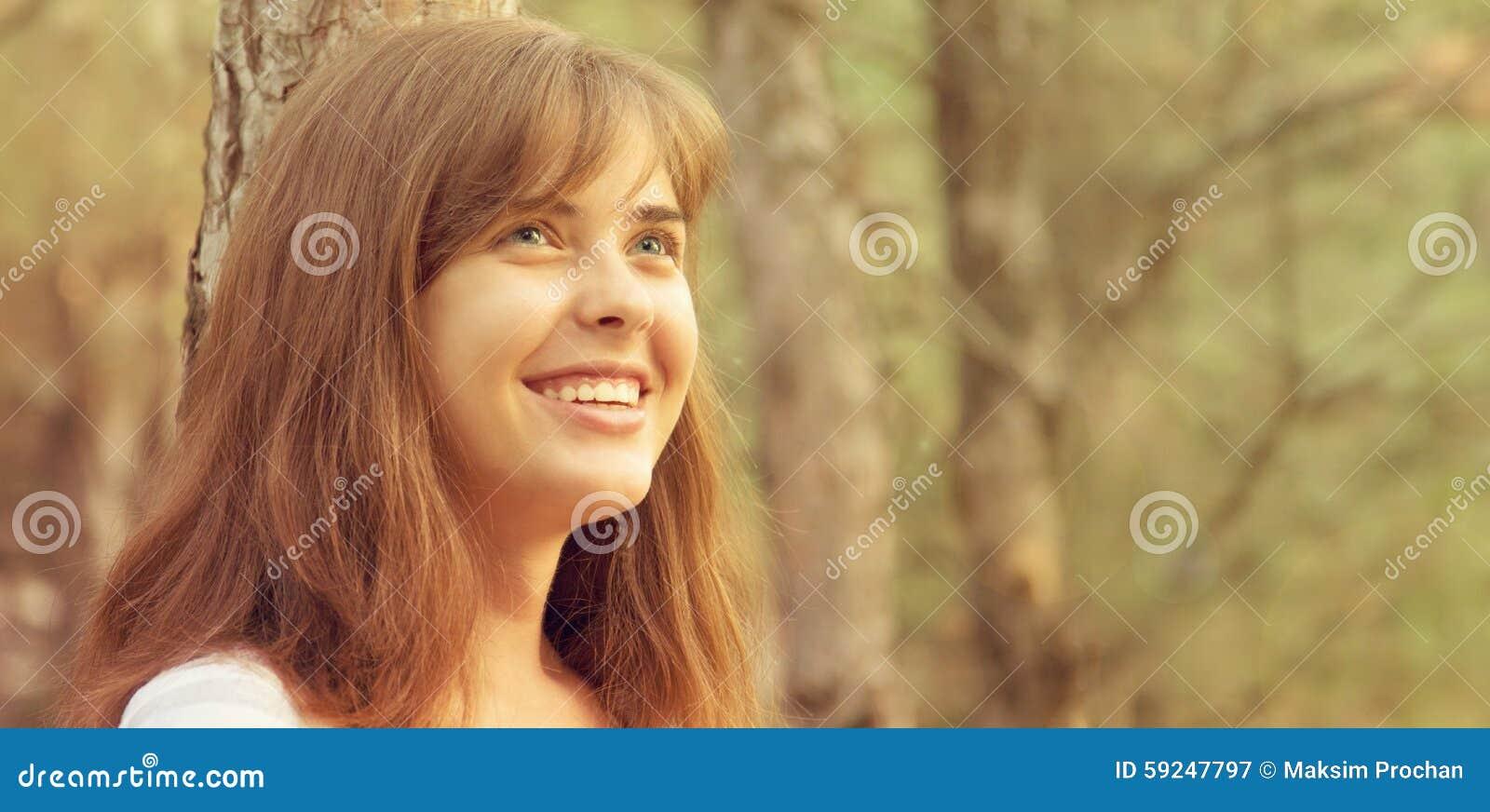 Retrato de una muchacha hermosa en la naturaleza