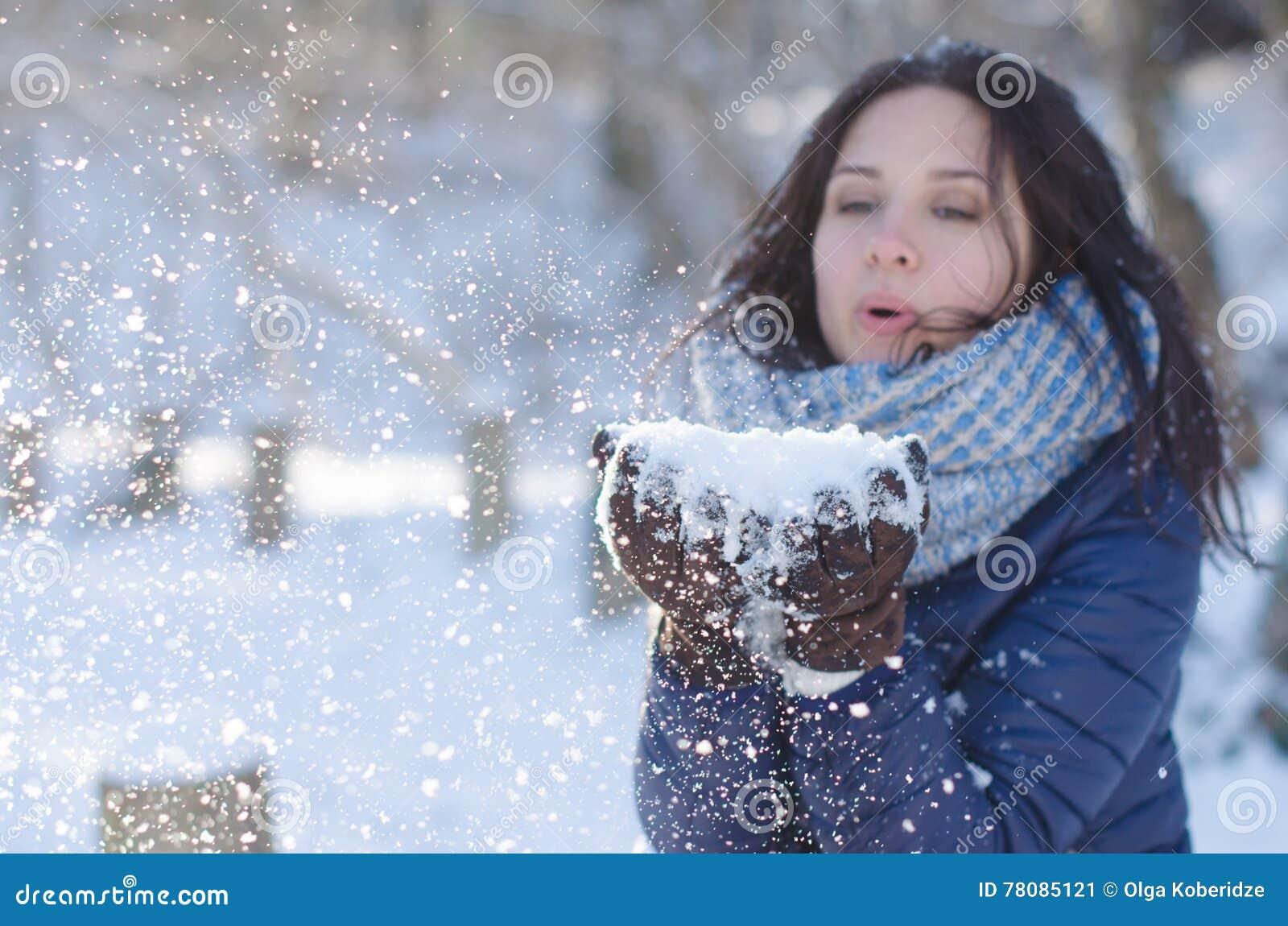 Retrato De Una Muchacha Hermosa Que Sopla Los Copos De Nieve De Sus ... 63ad30fffc7