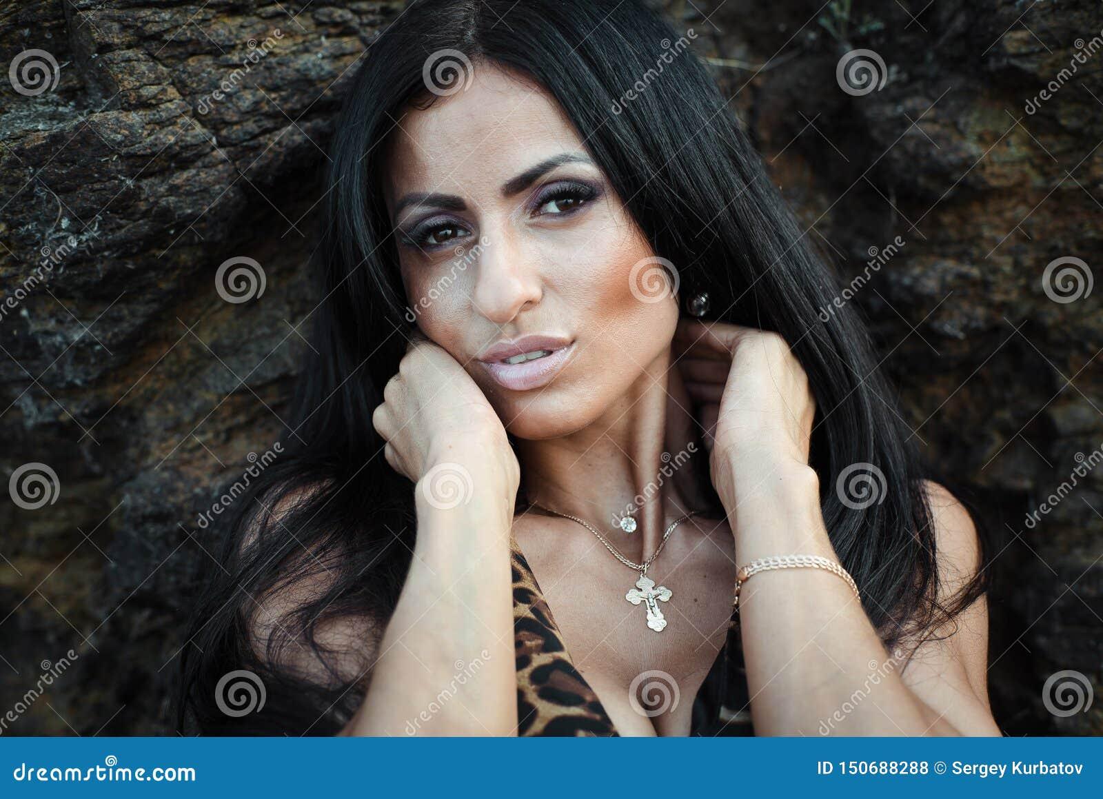Retrato de una muchacha negra joven hermosa en un vestido del leopardo