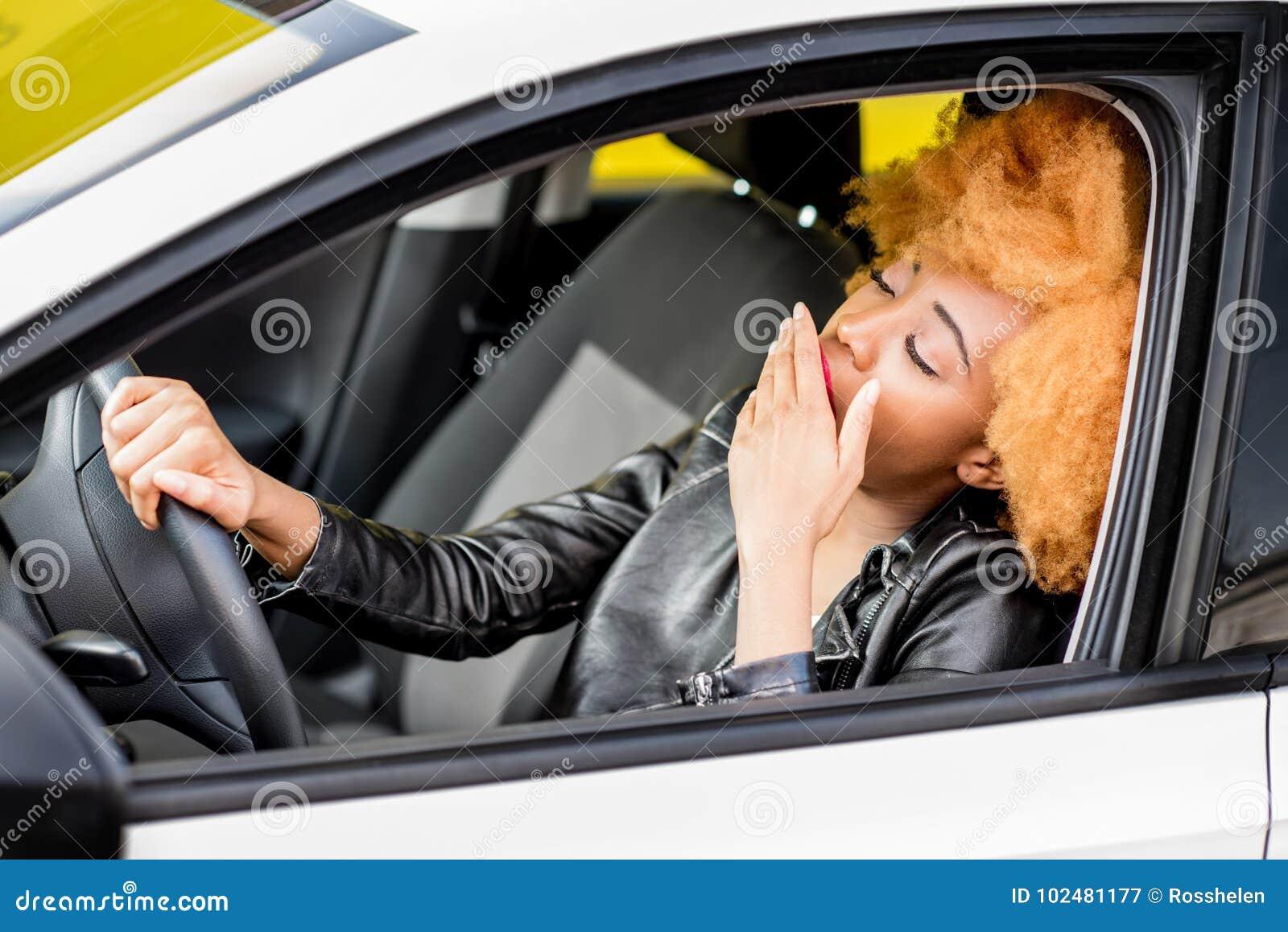 Retrato de una mujer africana hermosa en el coche