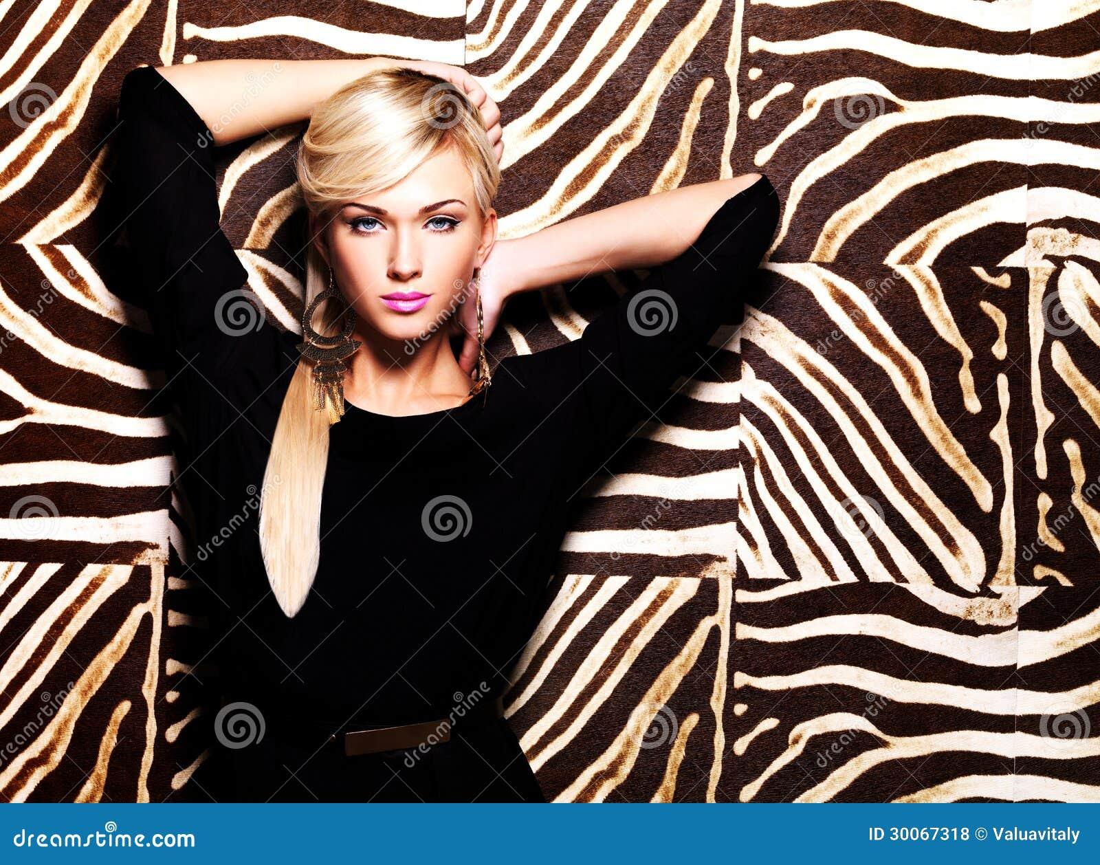 Mujer atractiva hermosa con maquillaje de la moda en cara