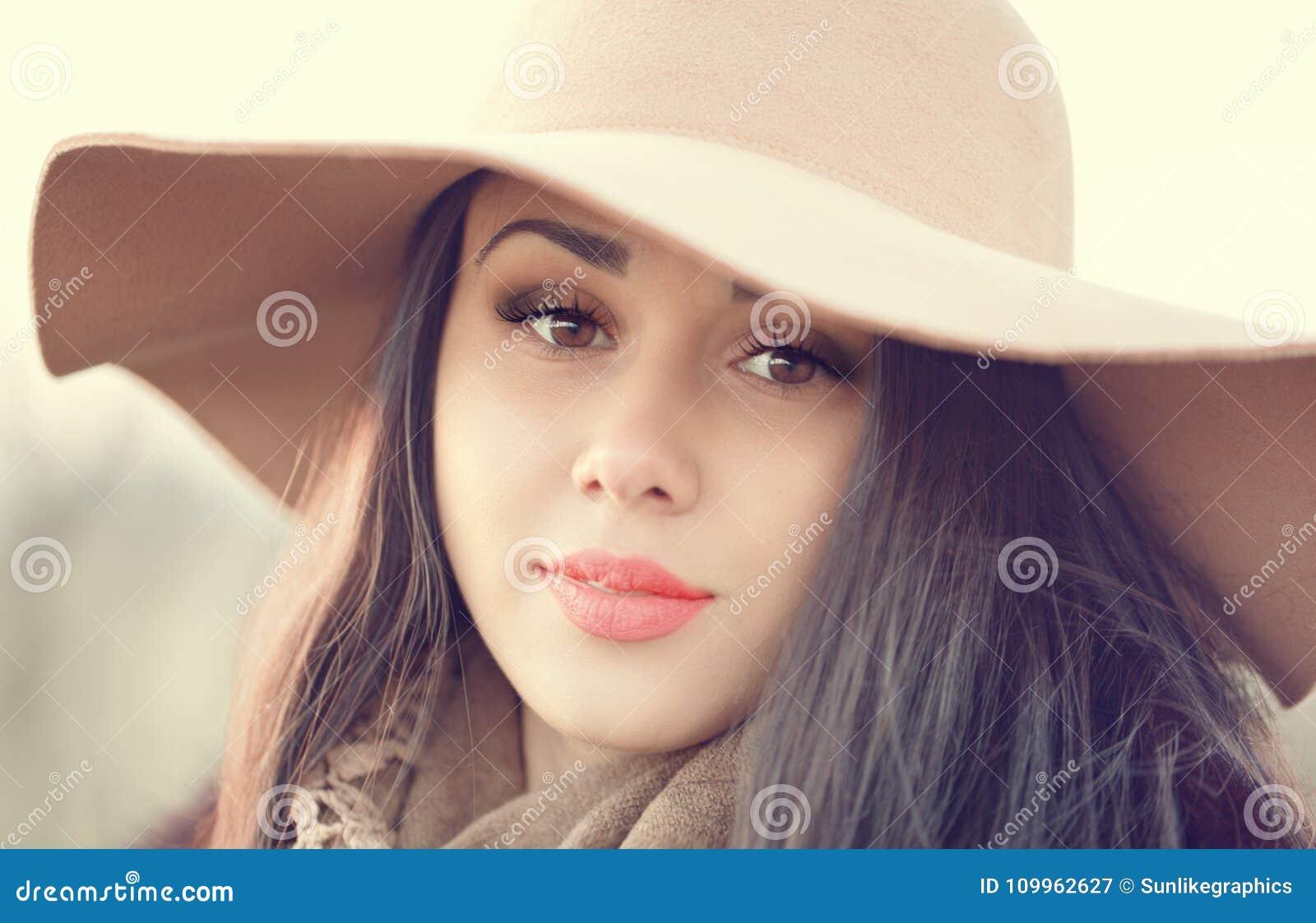 Retrato de una mujer atractiva joven con el pelo marrón largo y b