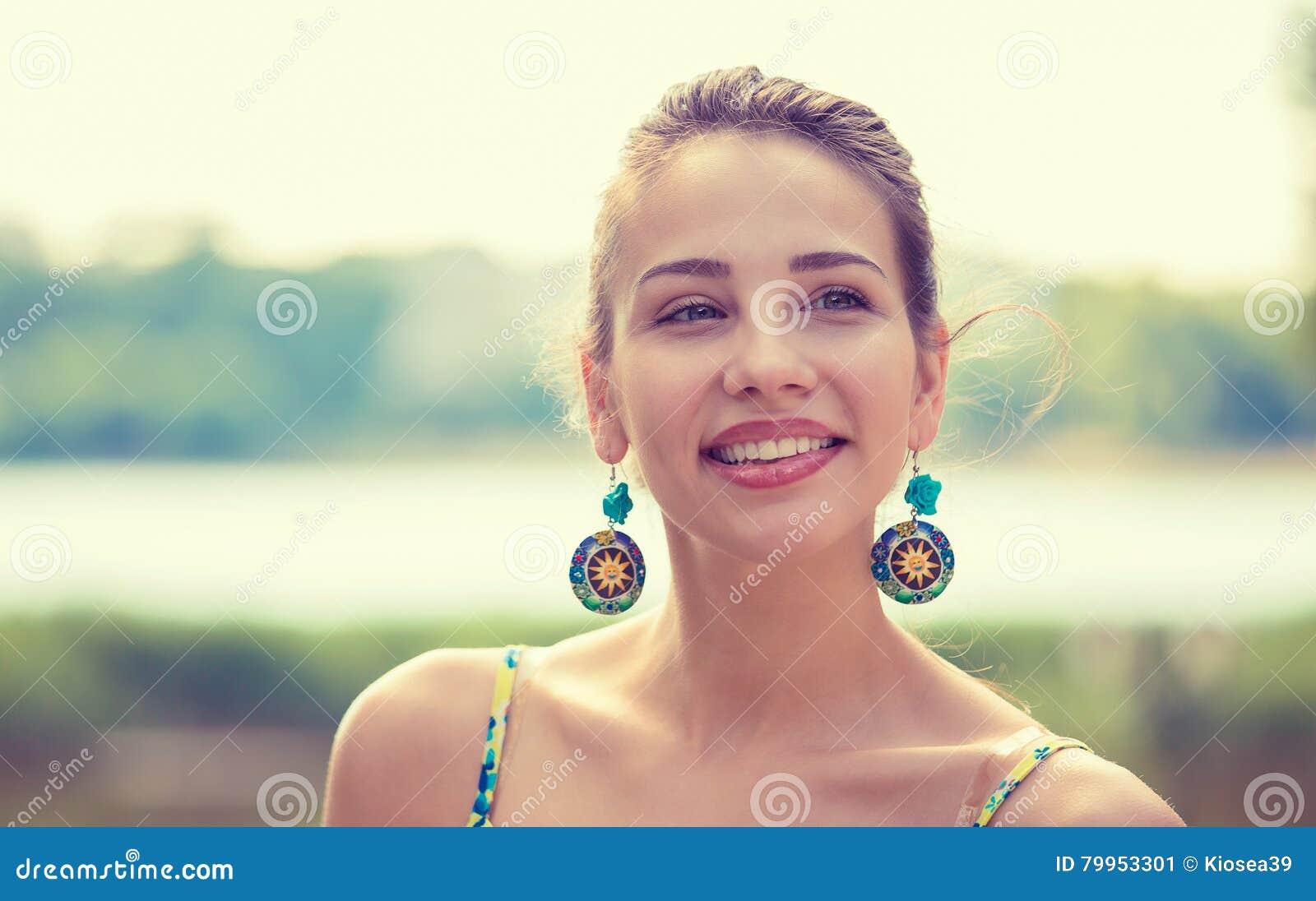 Retrato de una mujer bastante feliz, sonriendo
