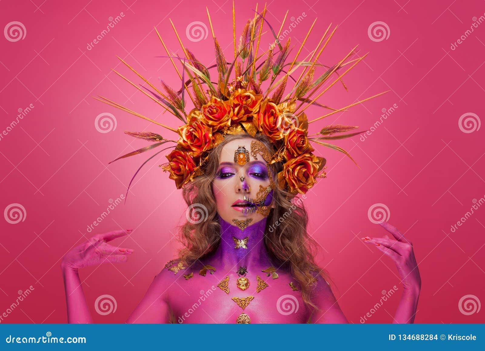 Retrato de una mujer con arte de la cara en el estilo del día de los muertos y del renacimiento
