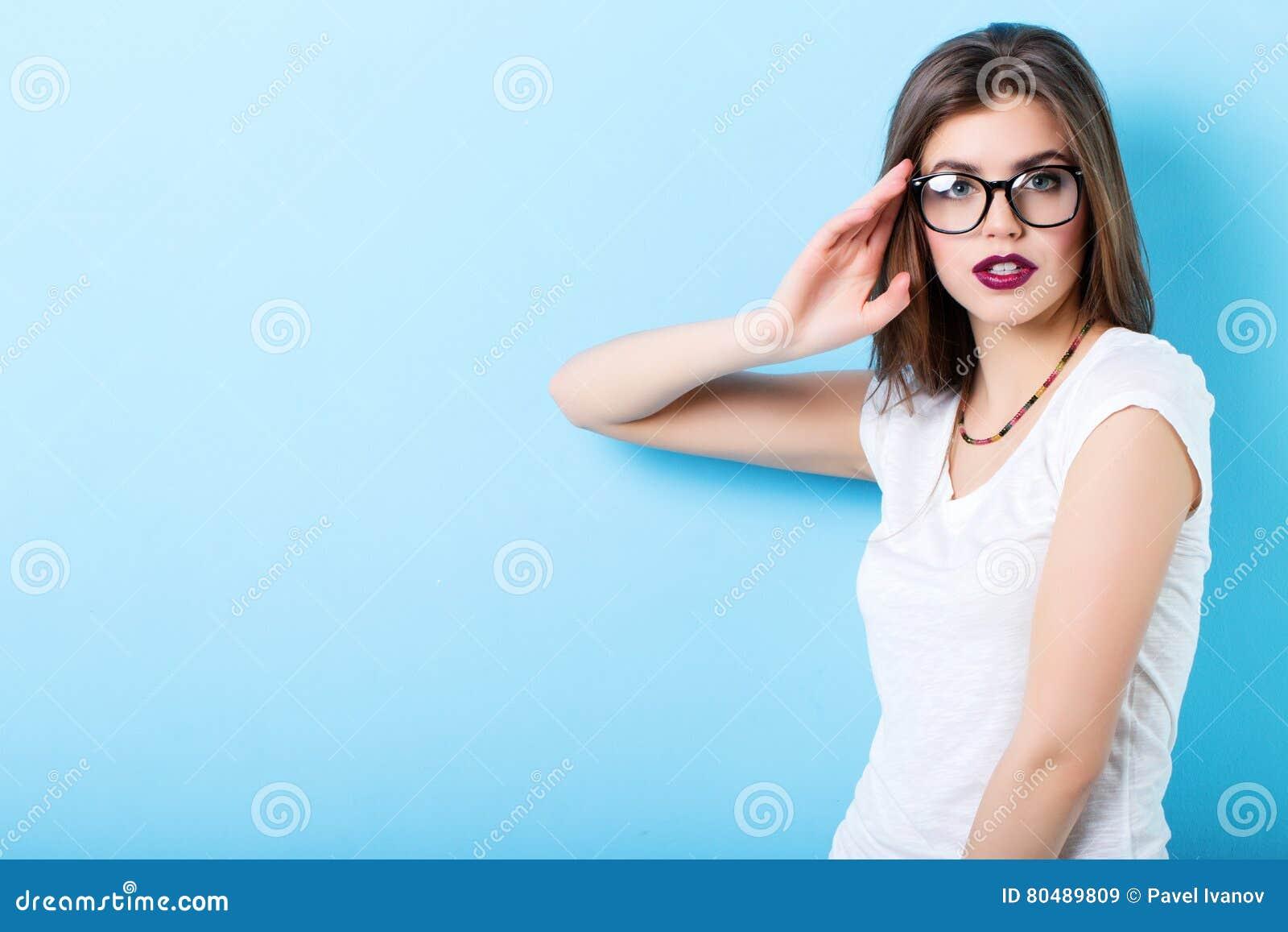 Retrato de una mujer confiada hermosa joven en vidrios elegantes
