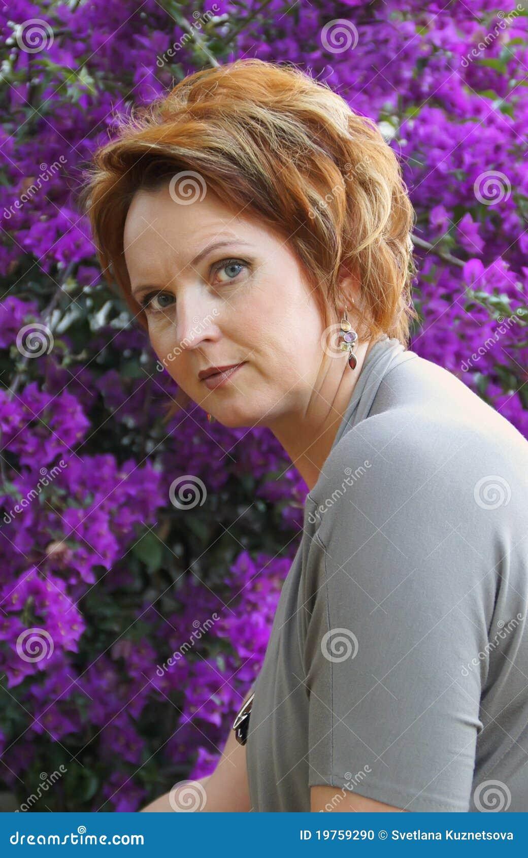 Retrato de una mujer cuarenta y cinco well-groomed