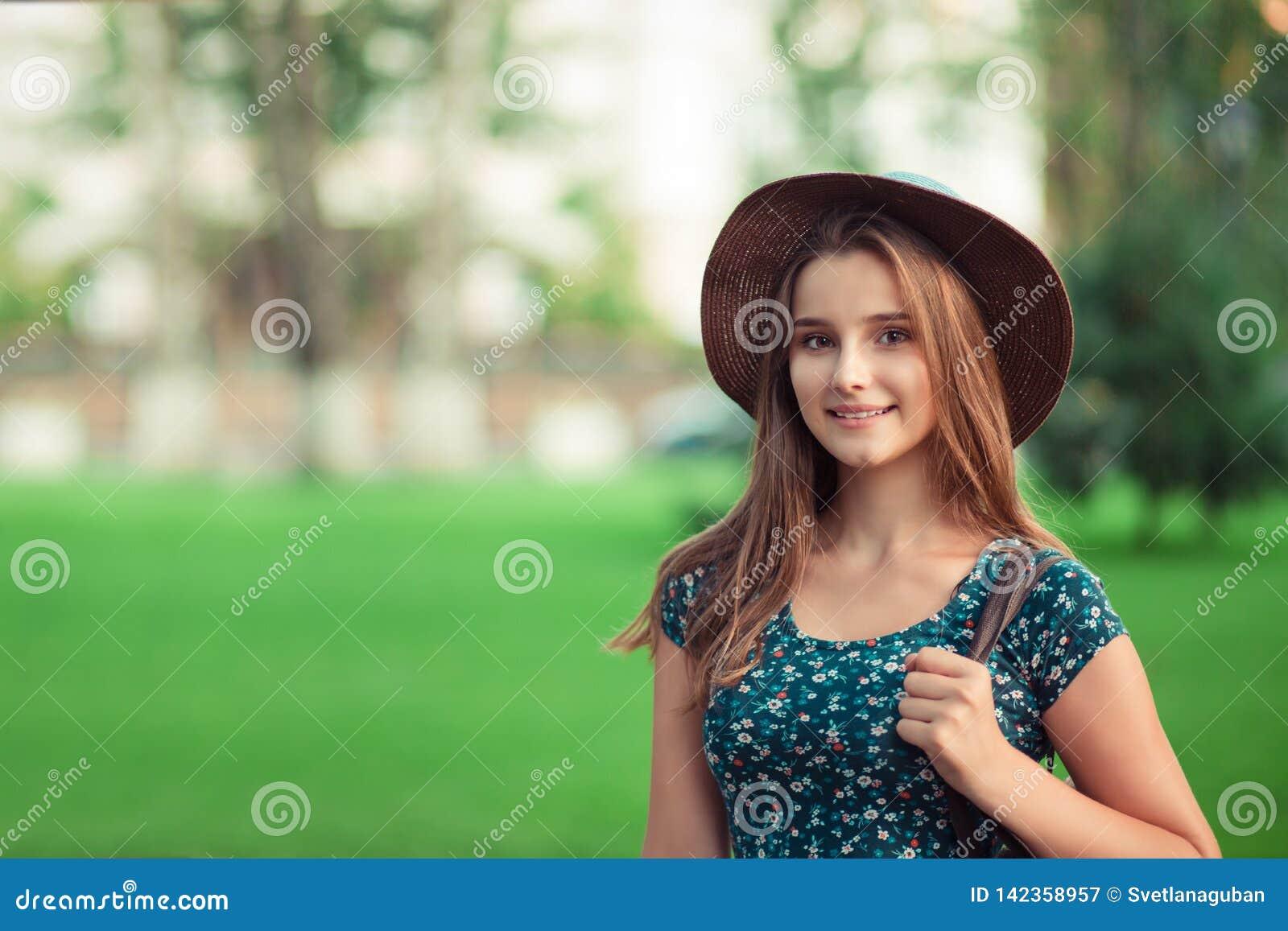 Retrato de una mujer elegante hermosa en sombrero