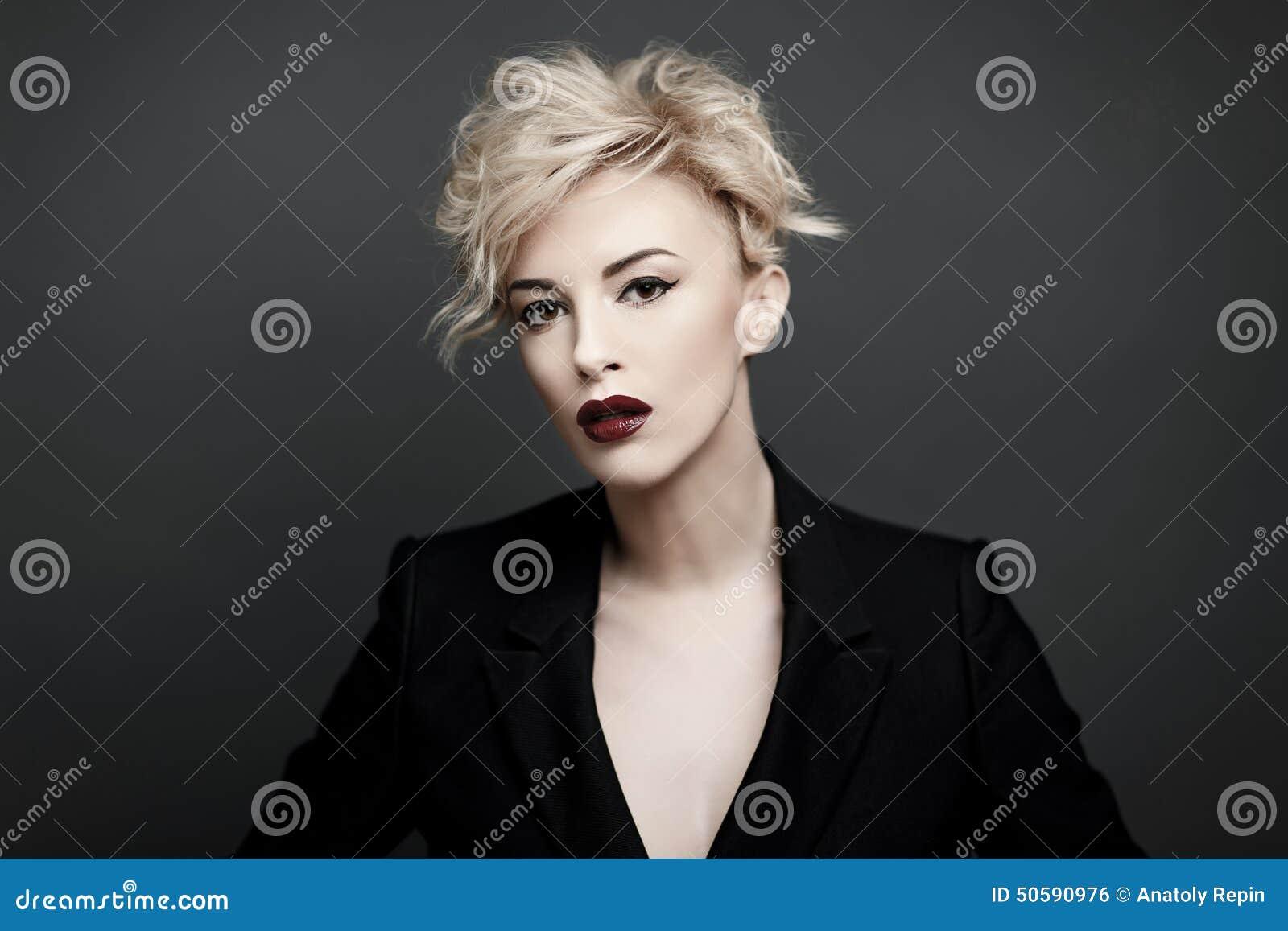 Retrato de una mujer hermosa con la piel limpia