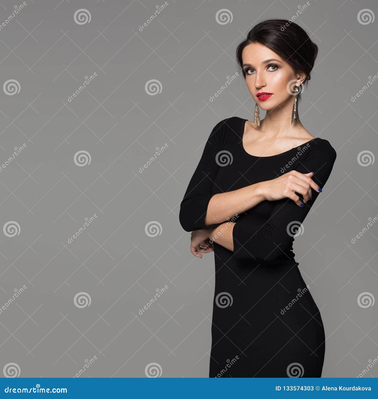 Retrato De Una Mujer Hermosa En Un Vestido Negro Y Un