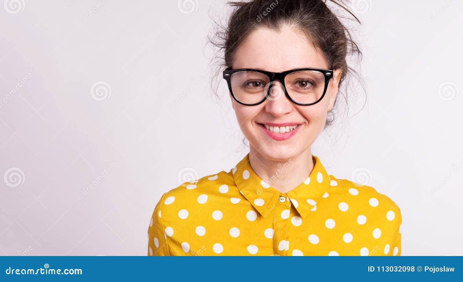 Retrato de una mujer hermosa joven en estudio