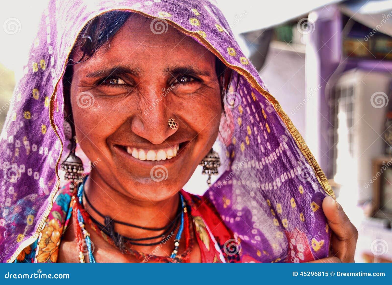 Retrato de una mujer hindú que sonríe en el fuerte de Jaisalmer, Rajasthán, la India del norte