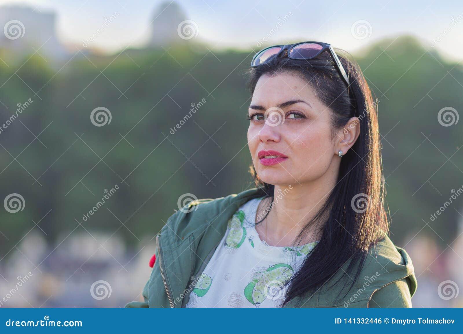 Retrato de una mujer honesta hermosa en la calle