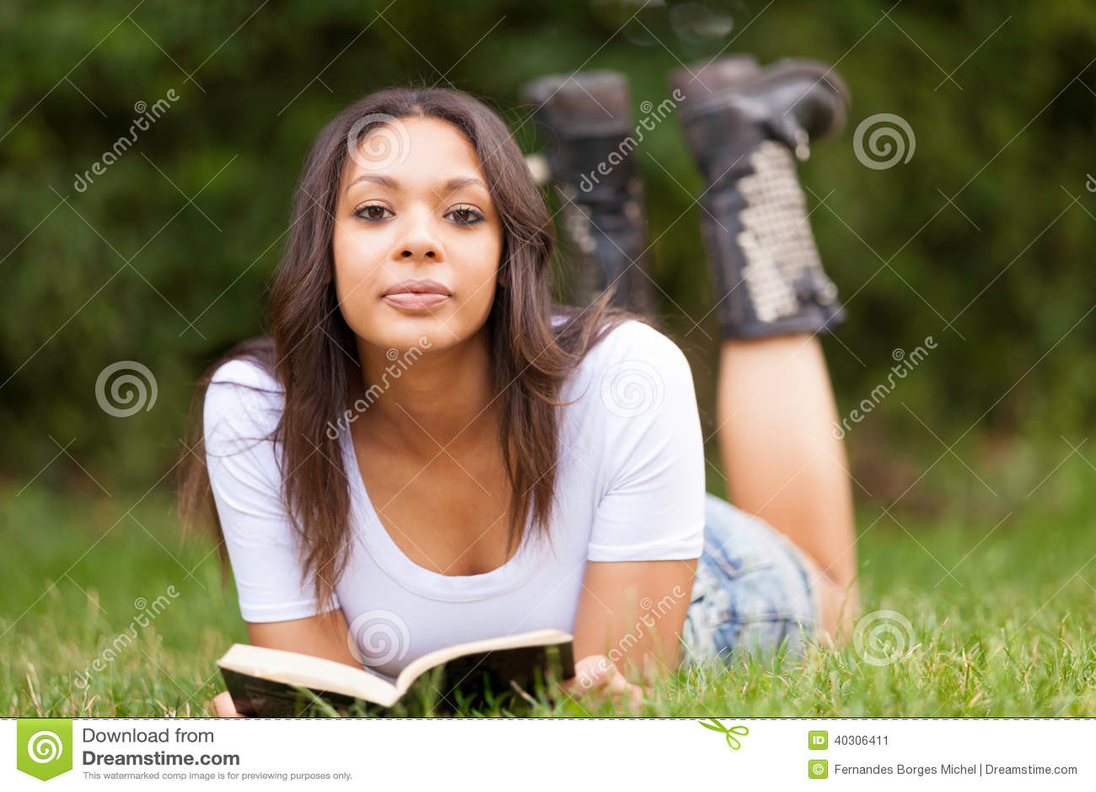 Retrato de una mujer joven africana hermosa al aire libre