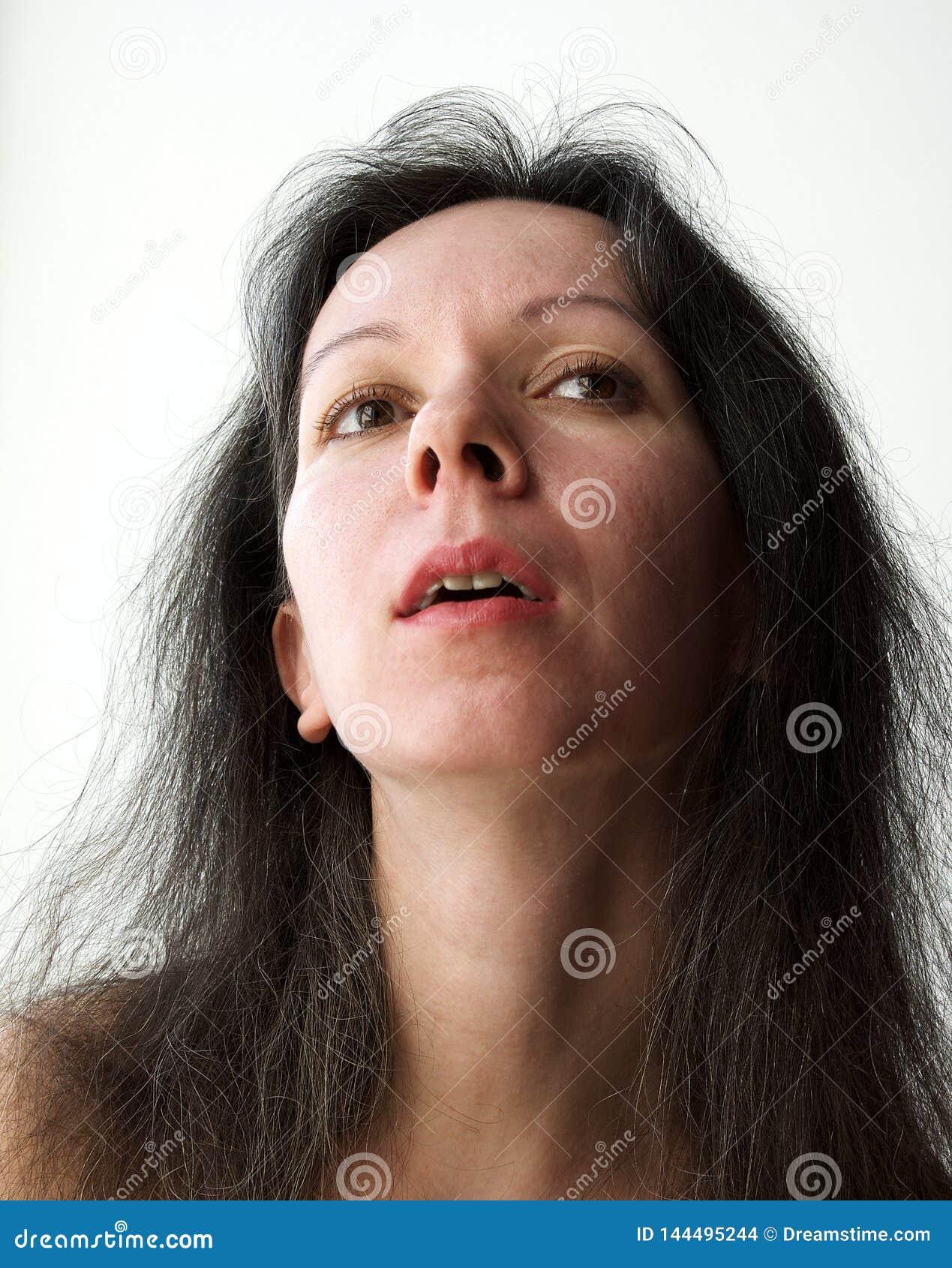 Retrato de una mujer joven bastante soñadora