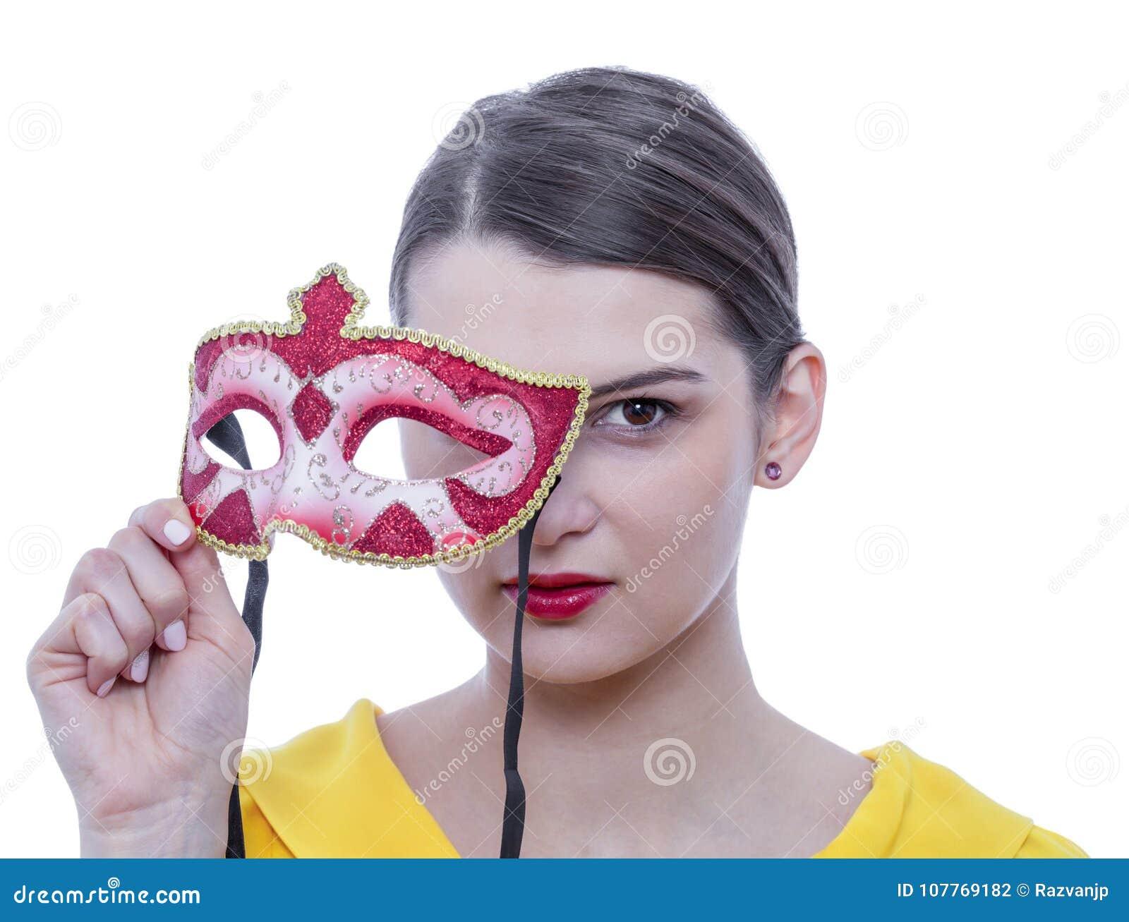 Retrato de una mujer joven con una máscara