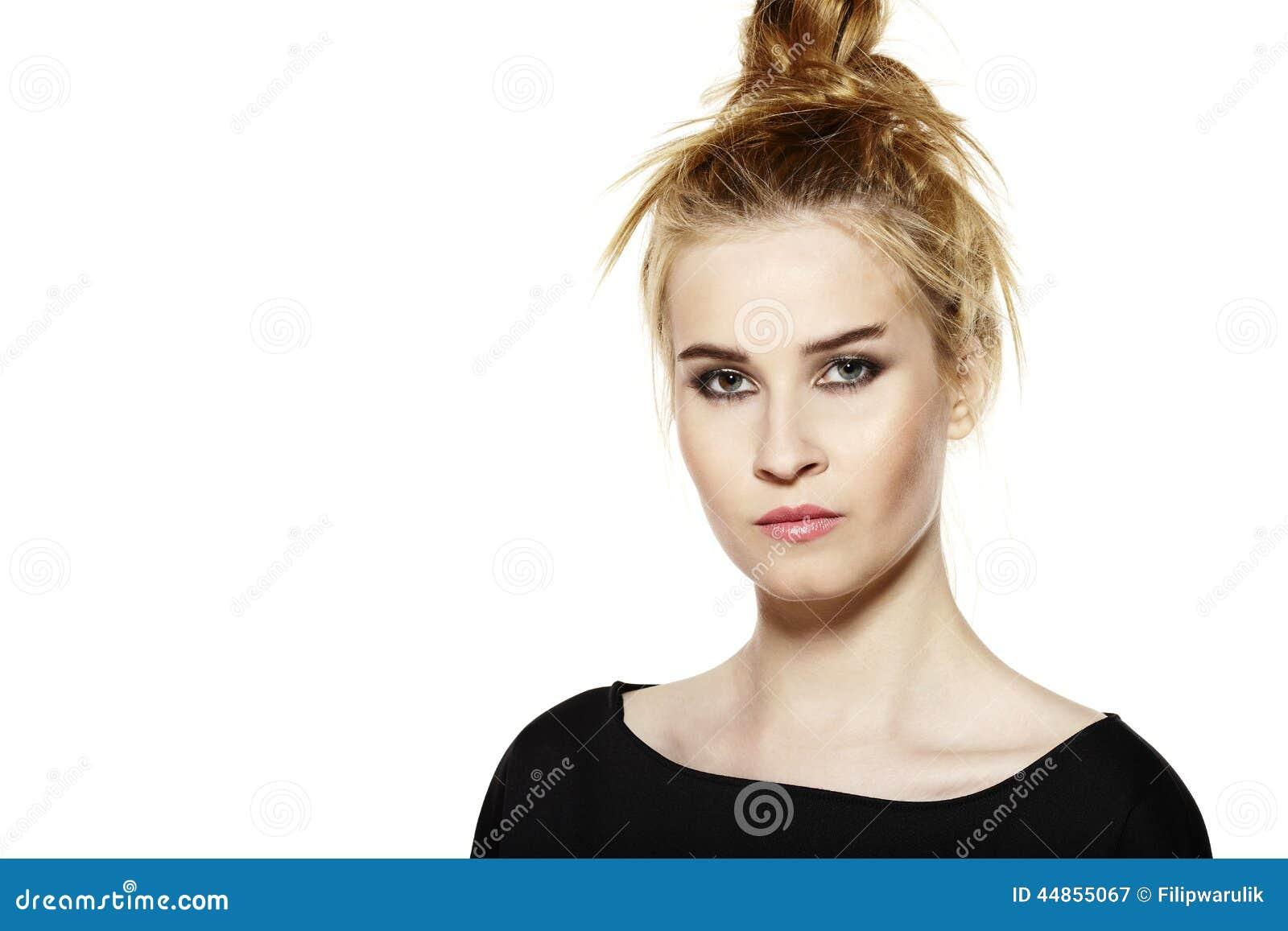 Download Retrato De Una Mujer Joven Con Maquillaje De La Tarde Imagen de archivo - Imagen de solamente, cejas: 44855067