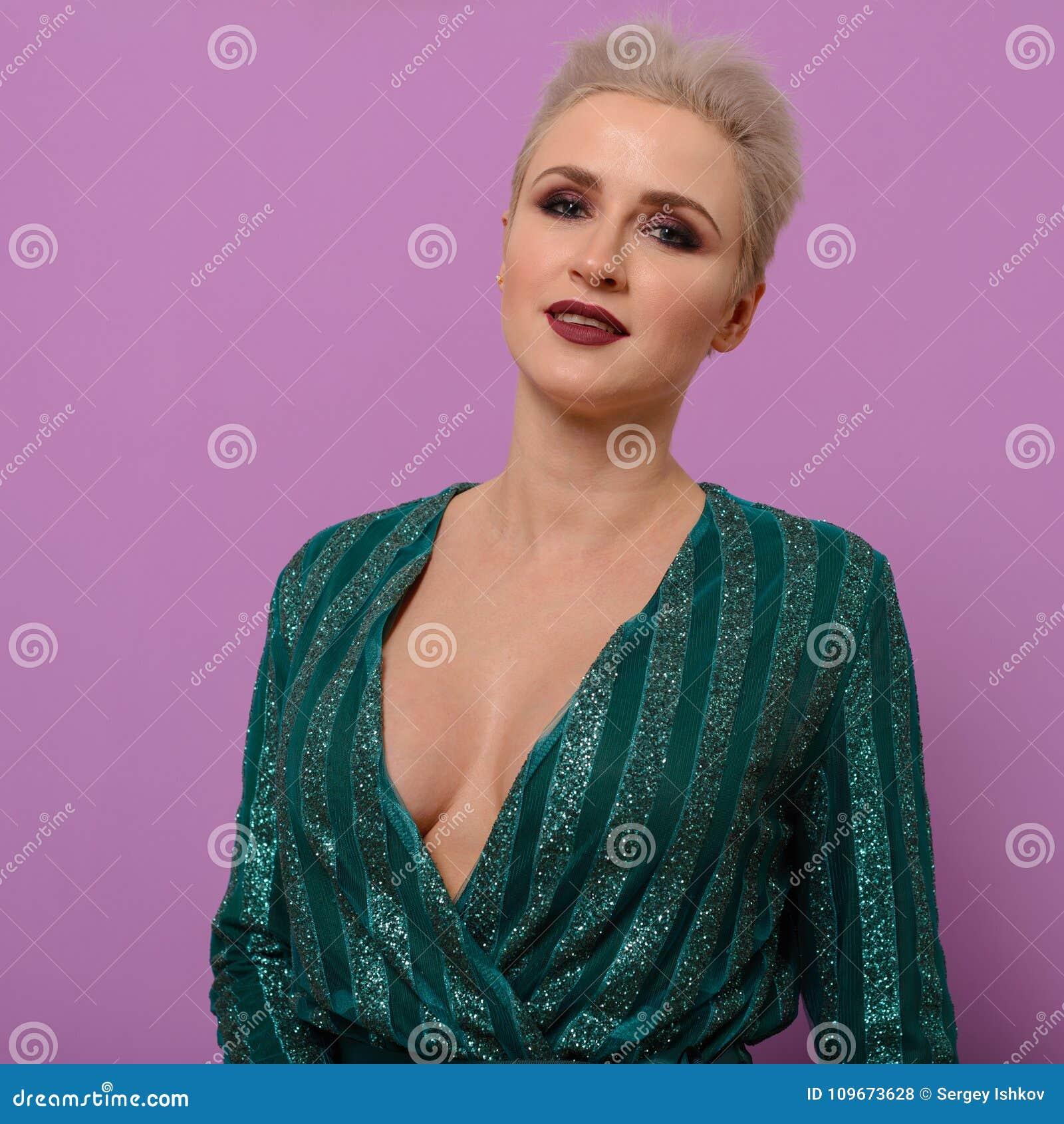 471443c04 Retrato de una mujer joven con un corte de pelo corto en un vestido de noche
