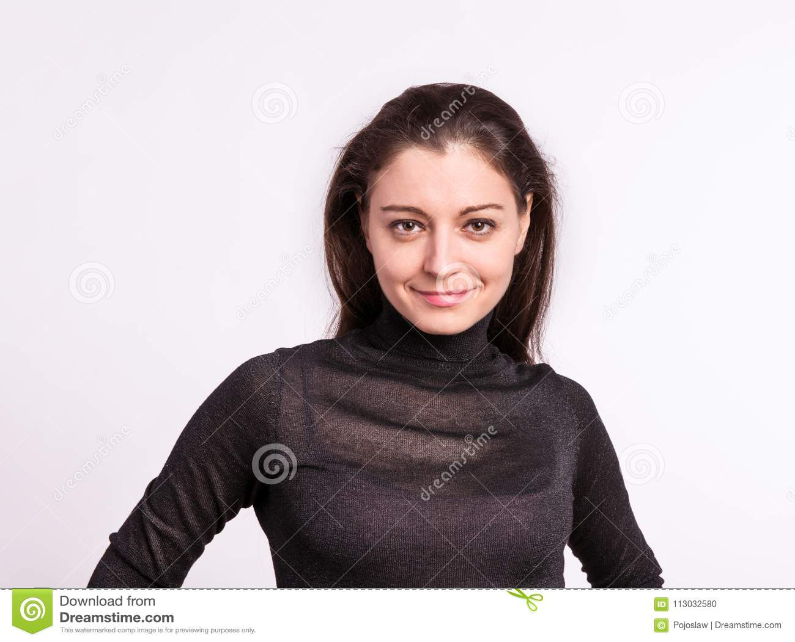 Retrato de una mujer joven en estudio