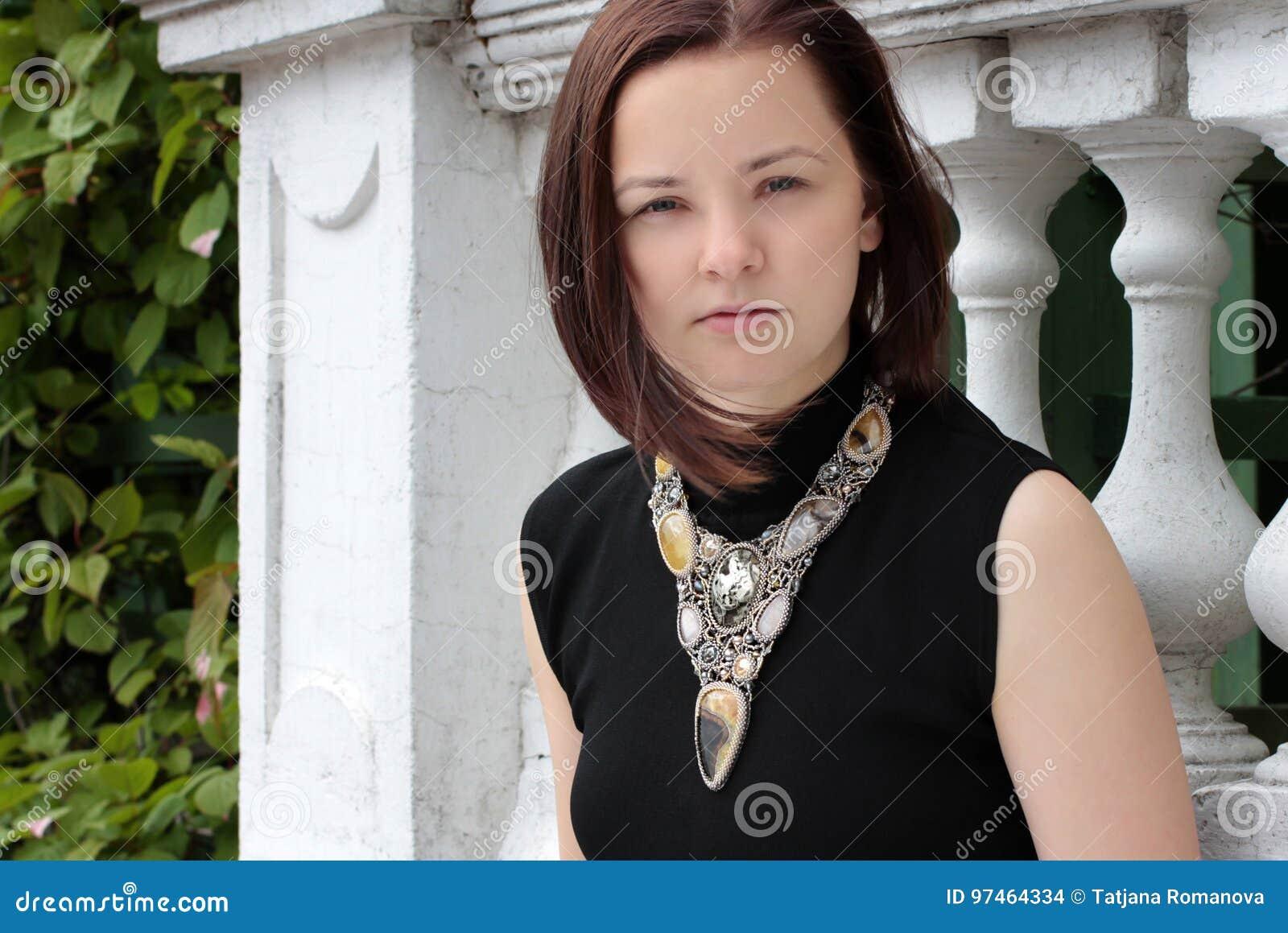 Retrato de una mujer joven en la calle