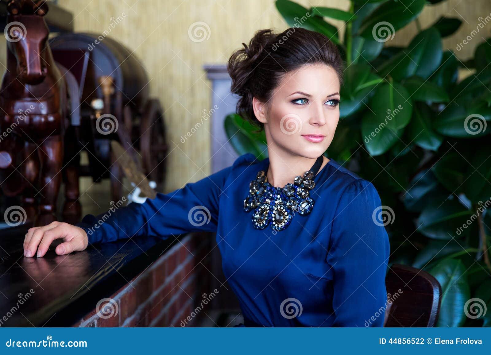 Download Retrato De Una Mujer Joven Hermosa Con La Sentada Del Maquillaje De La Tarde Foto de archivo - Imagen de bangle, feminidad: 44856522