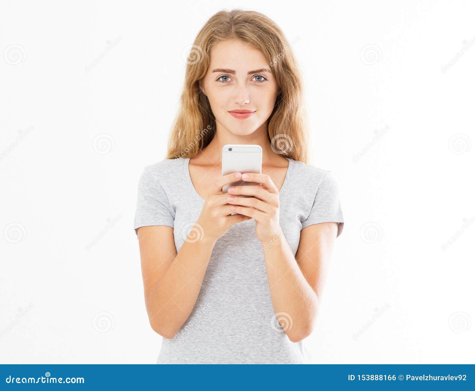 Retrato de una mujer joven sonriente que sostiene el tel?fono m?vil aislado en el fondo blanco, muchacha de charla, haciendo publ