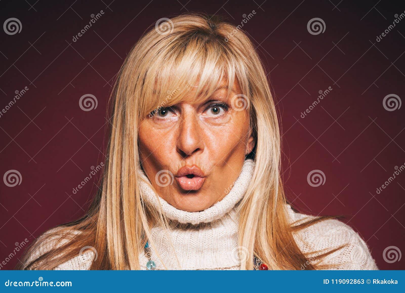 Retrato de una mujer madura sorprendente - retrato de la mujer madura hermosa con una expresión facial sorprendida - concepto sor