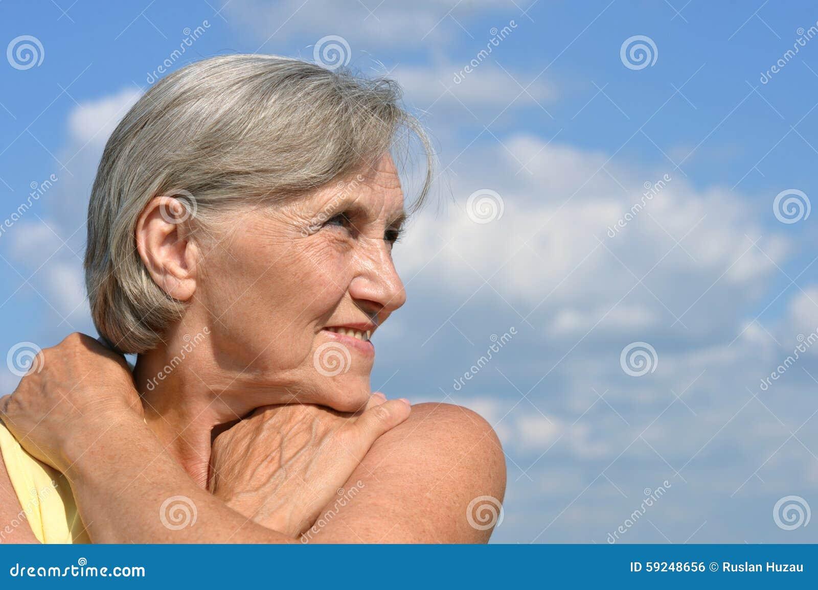 Retrato de una mujer mayor hermosa