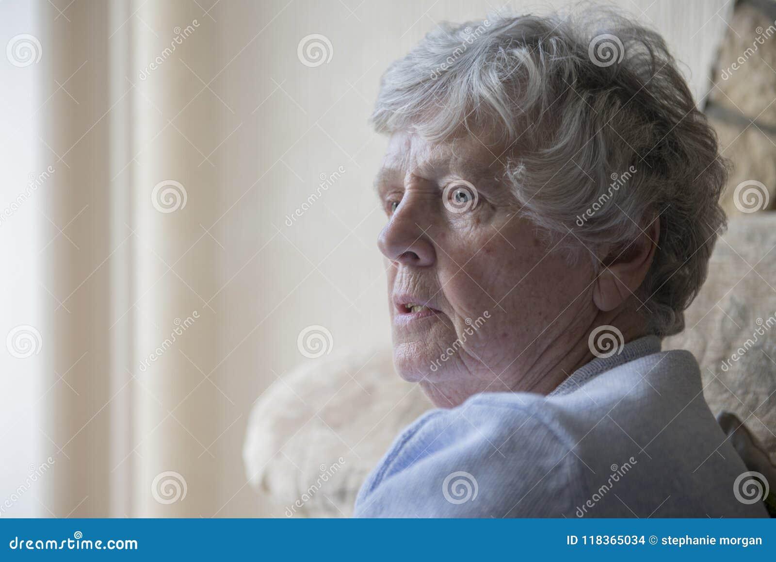 Retrato de una mujer mayor que parece trastornada