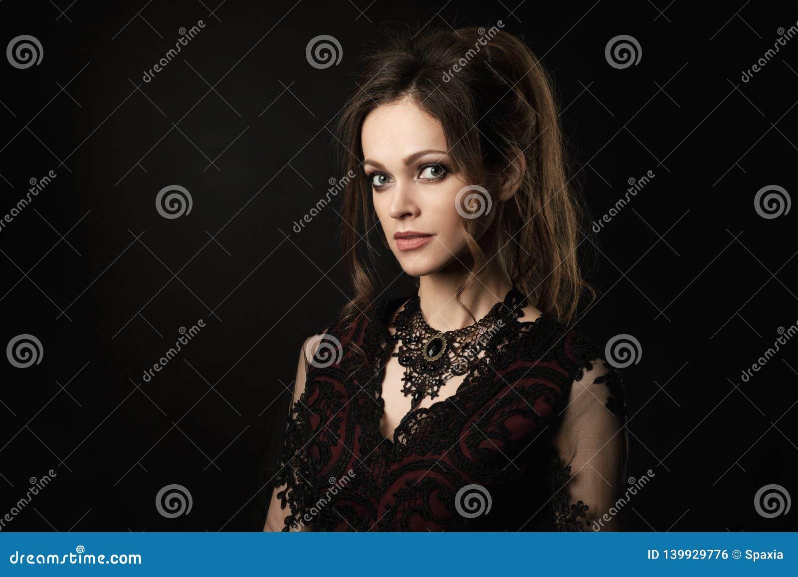 Retrato de una mujer morena smilling