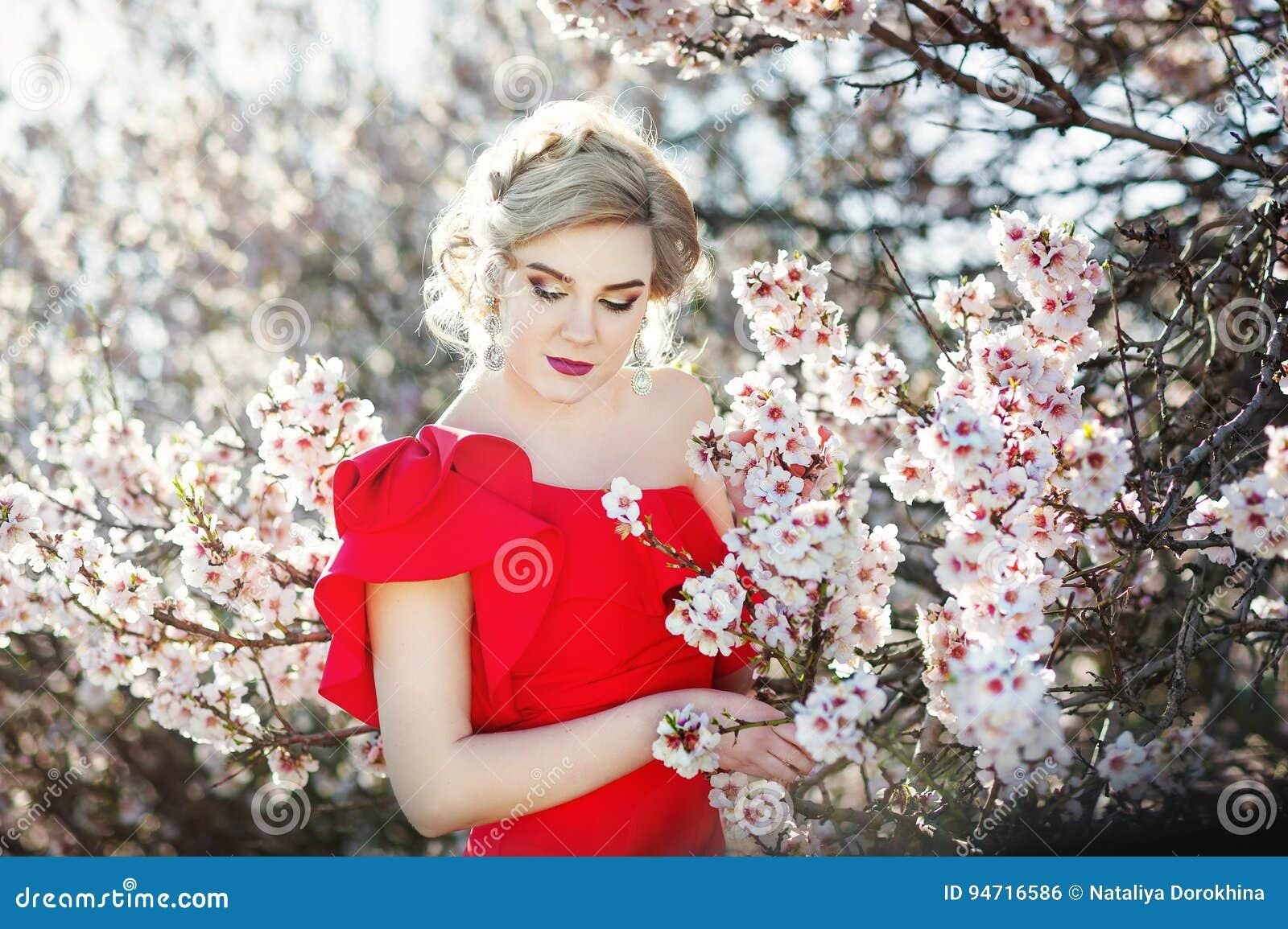 Retrato de una novia hermosa de la moda, dulce y sensual El casarse compone y pelo Bandera de las flores Background Estilo modern