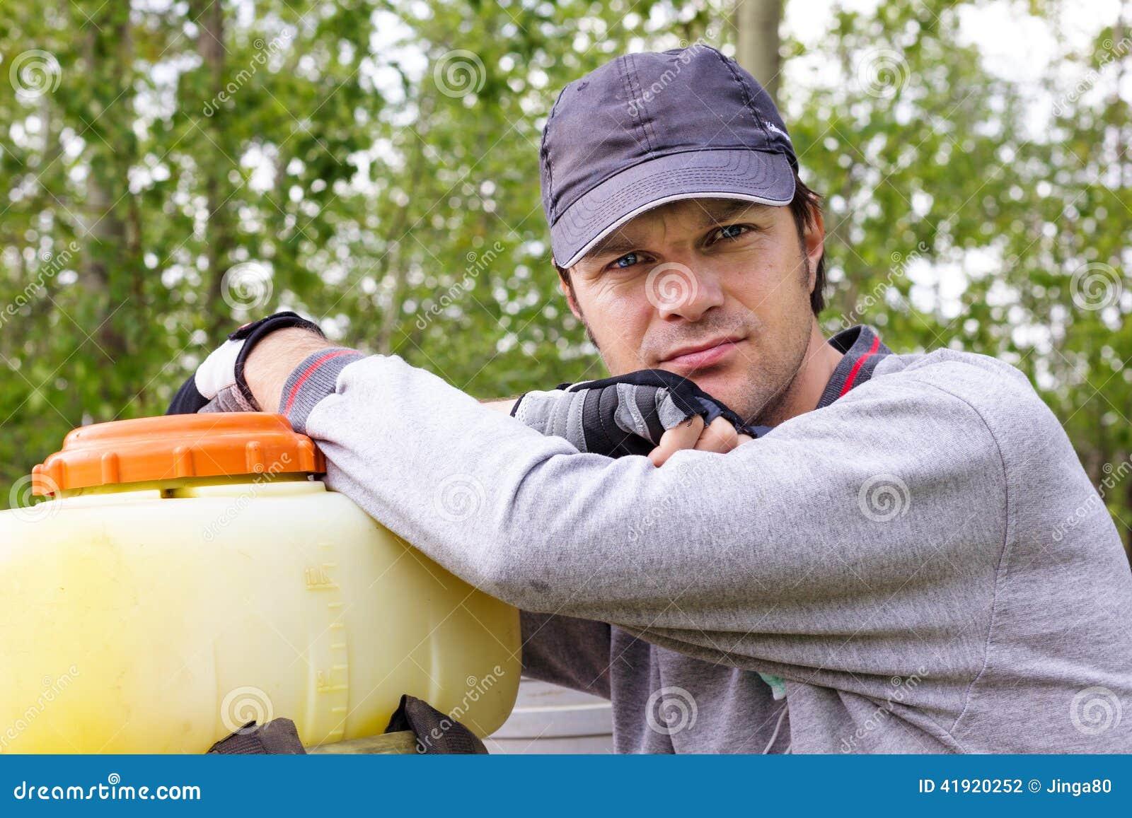 Retrato de una reclinación joven del granjero