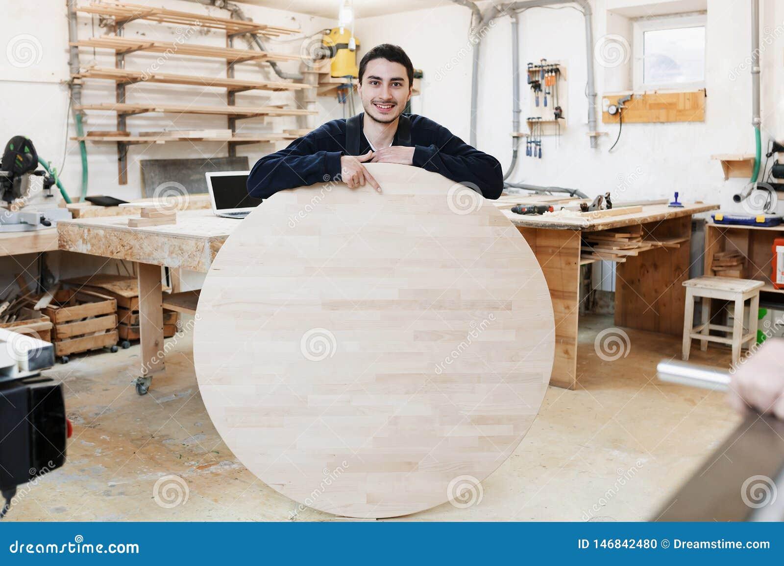 Retrato de una situación del carpintero en su taller del carpintero del estudio de la artesanía en madera El hombre lleva a cabo