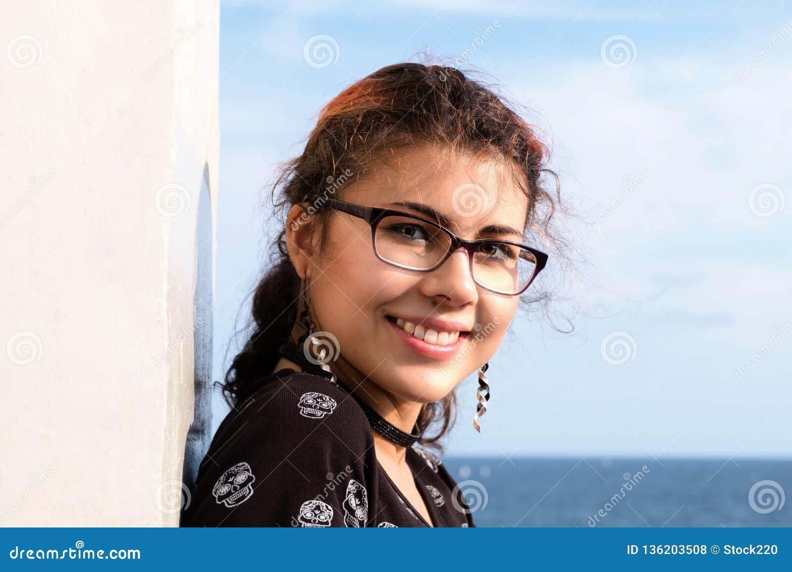 Retrato de una sonrisa de la mujer atractiva y joven